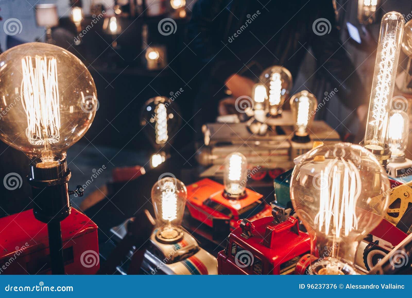 Παλαιές λάμπες φωτός που χρησιμοποιούν τα παλαιά χειροποίητα παιχνίδια