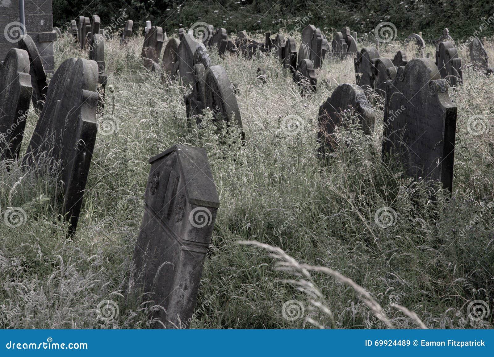 Παλαιές σοβαρές πέτρες στο νεκροταφείο