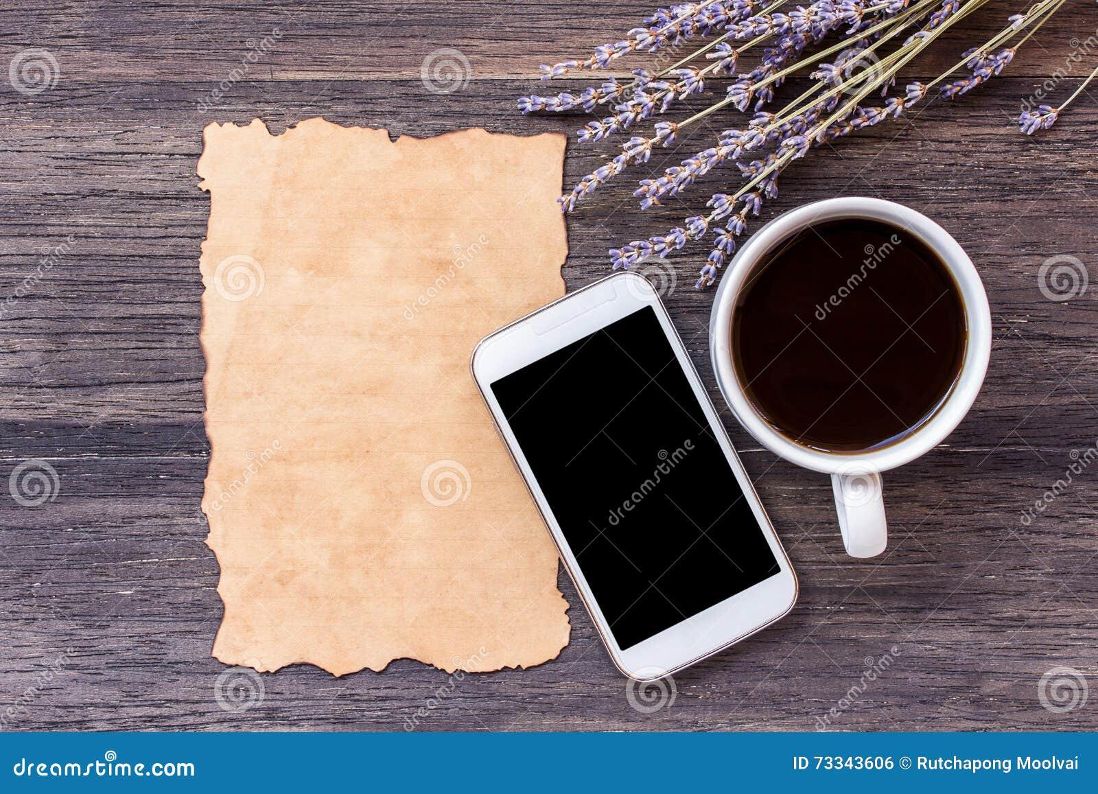 Παλαιοί έγγραφο και καφές στο σκοτεινό ξύλινο επιτραπέζιο υπόβαθρο