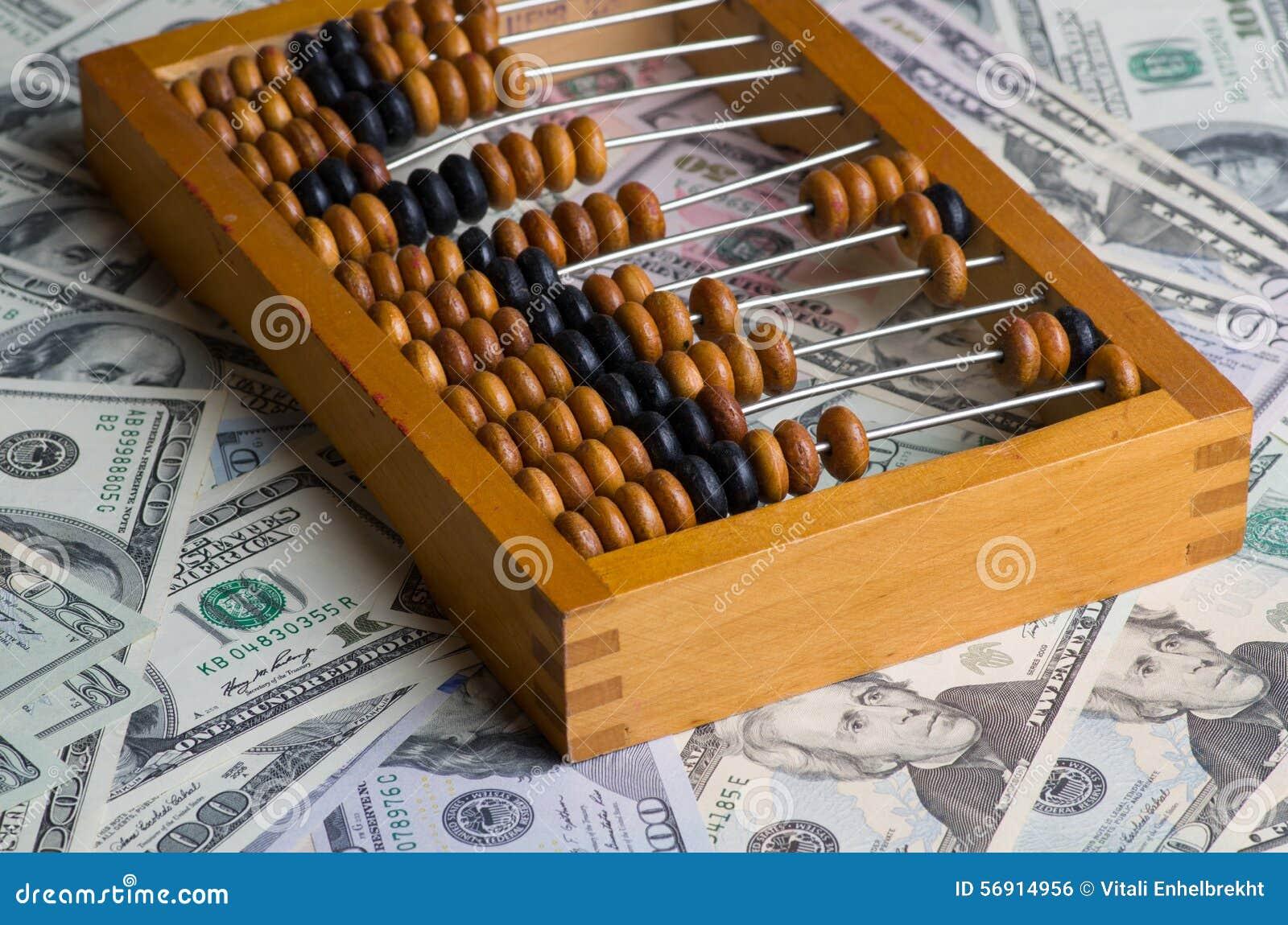 Παλαιός άβακας σε έναν σωρό των δολαρίων