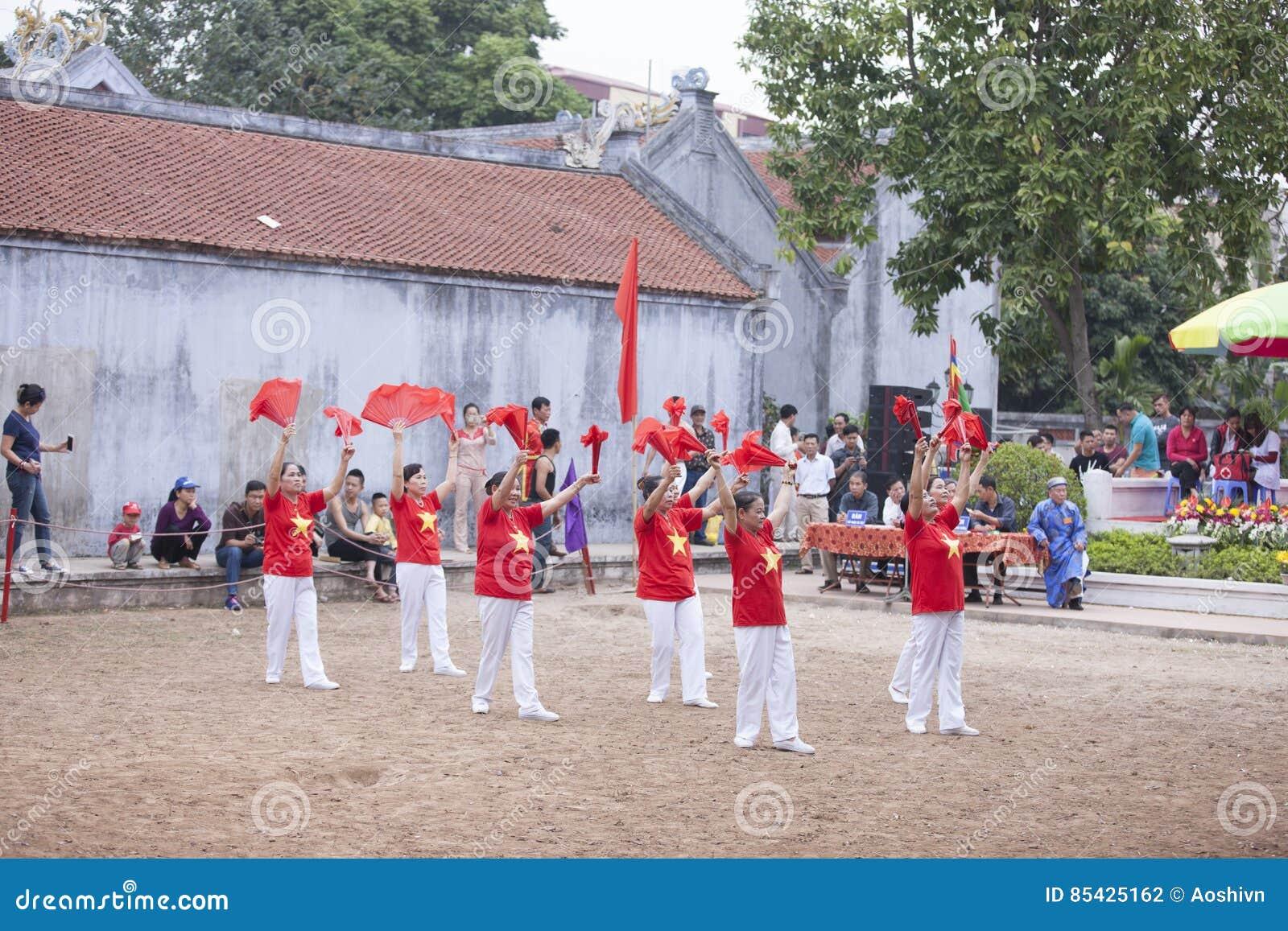 Παλαιός βιετναμέζικος χορός γυναικών με τον ανεμιστήρα στο σεληνιακό νέο έτος φεστιβάλ στο Ανόι, Βιετνάμ