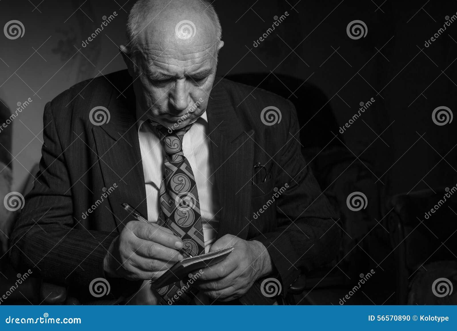 Download Παλαιός επιχειρηματίας που γράφει μερικές σημειώσεις σε μονοχρωματικό Στοκ Εικόνες - εικόνα από πέννα, βλέμμα: 56570890