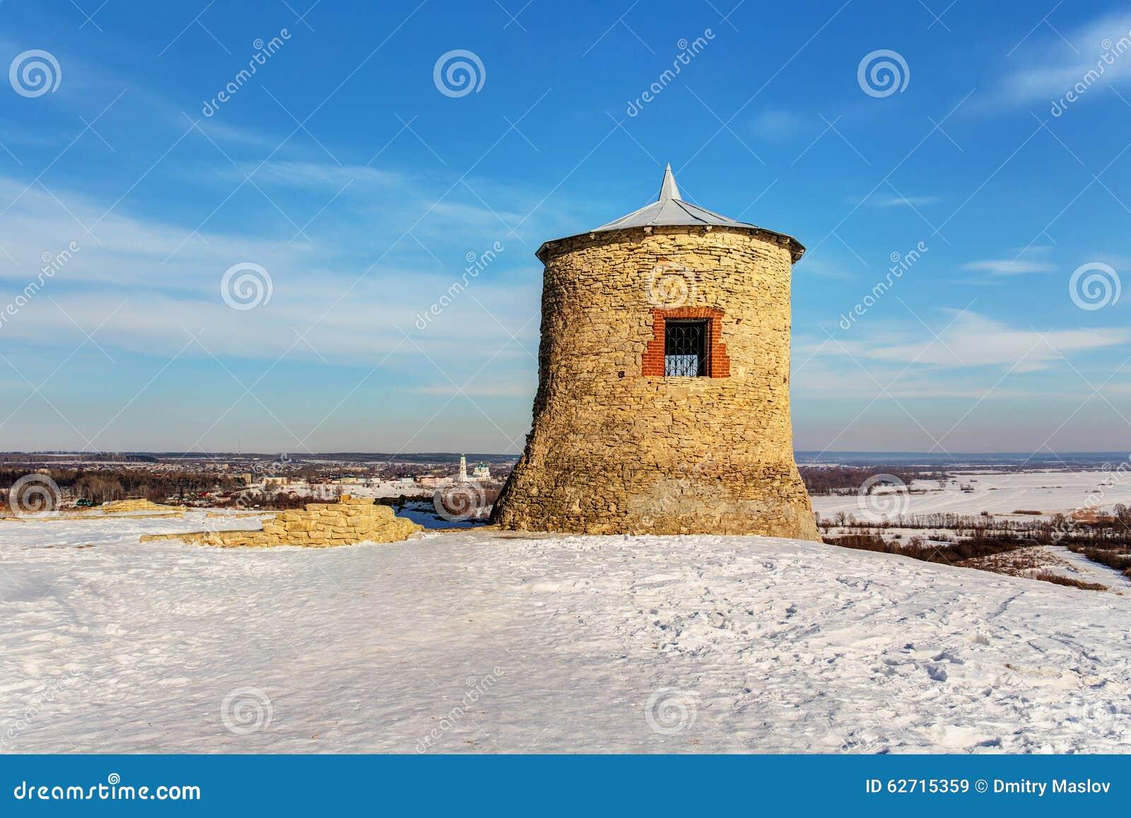 Παλαιός πύργος σε έναν λόφο