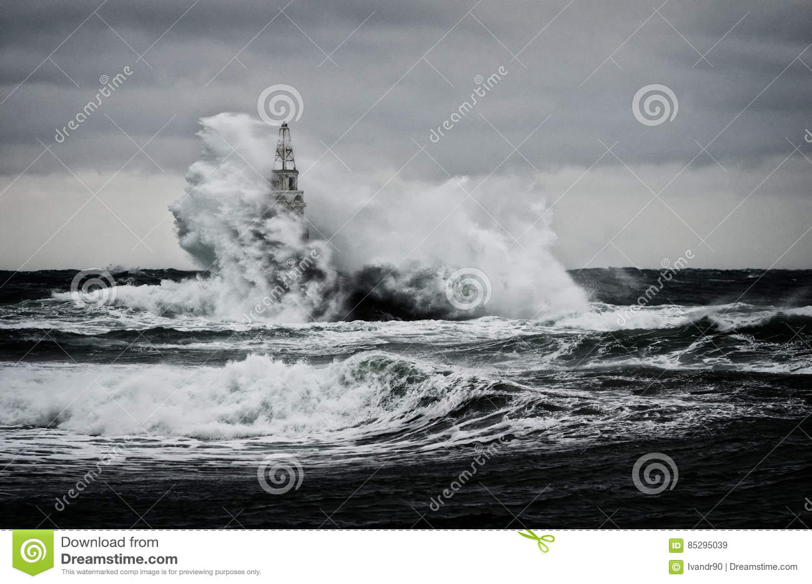 Παλαιός φάρος στη θάλασσα στη θυελλώδη ημέρα
