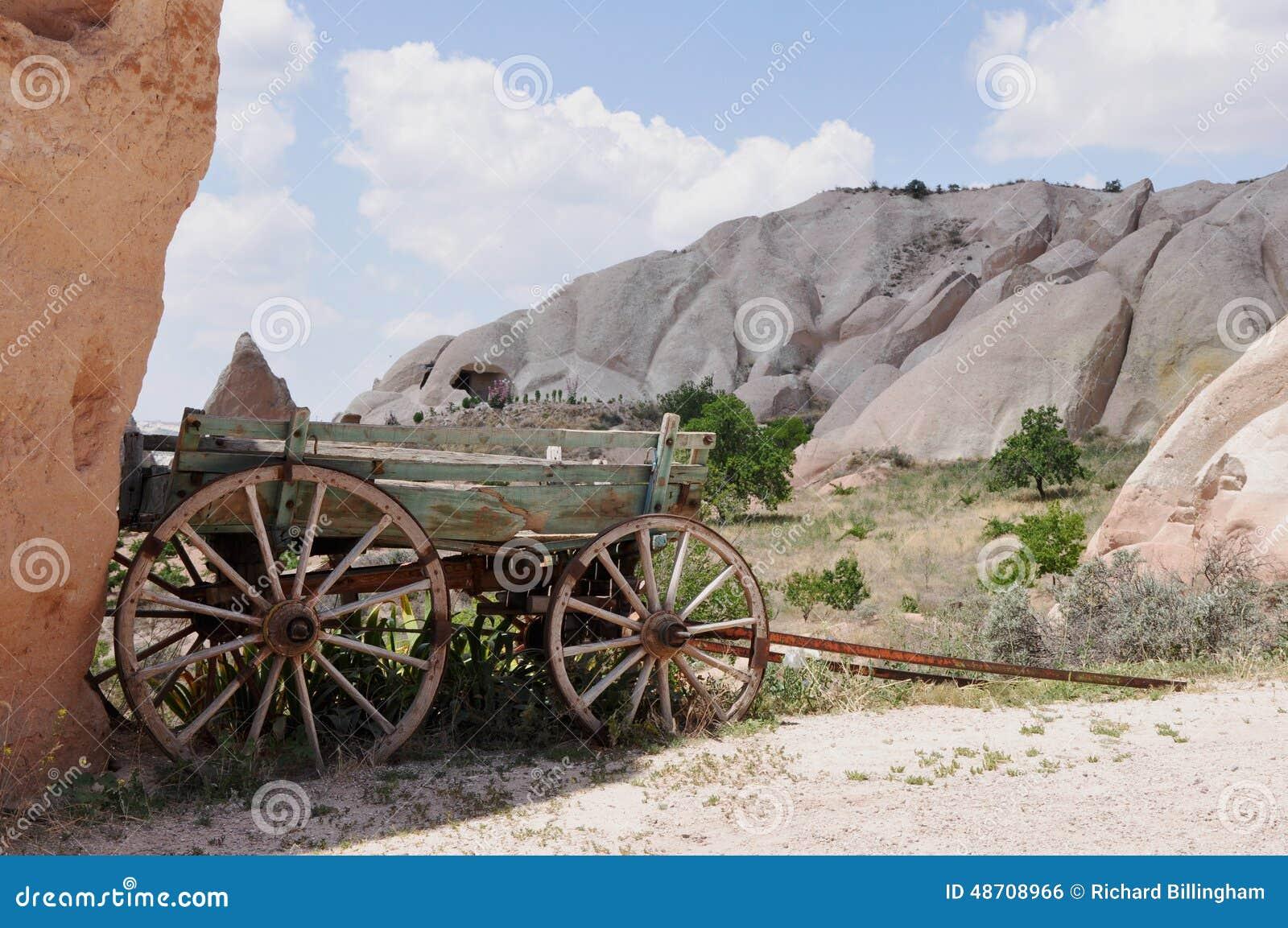 Παλαιό αγροτικό ρυμουλκό - κόκκινο αυξήθηκε κοιλάδα, Goreme, Cappadocia, Τουρκία