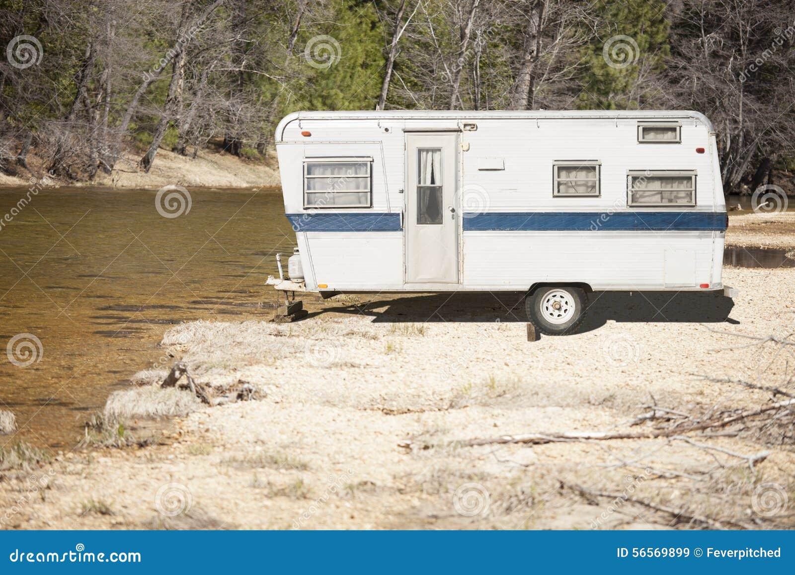 Download Παλαιό κλασικό ρυμουλκό τροχόσπιτων κοντά σε έναν ποταμό Στοκ Εικόνα - εικόνα από ταξίδι, μηχανή: 56569899