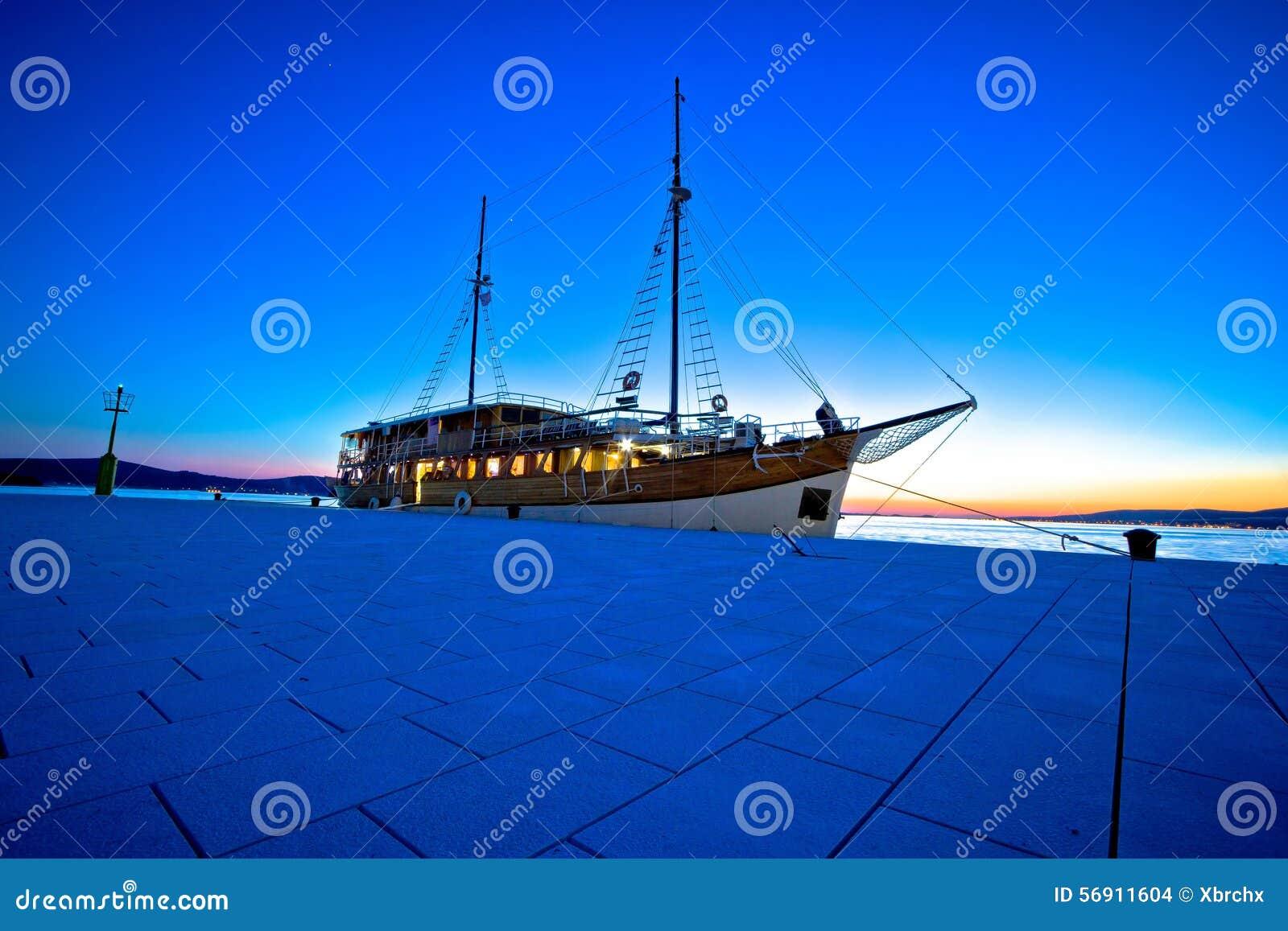 Παλαιό ξύλινο sailboat στο μπλε βράδυ