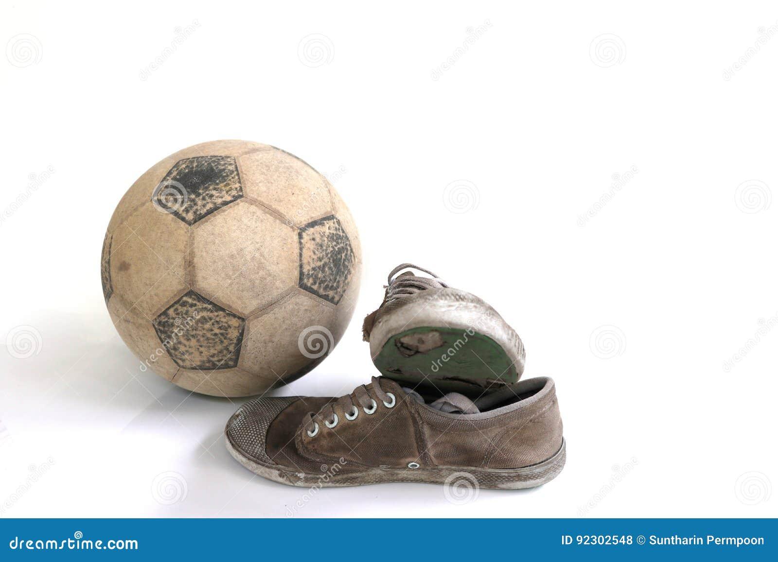 4f114b28c94 Παλαιό ποδόσφαιρο και παλαιά παπούτσια που απομονώνονται Στοκ ...