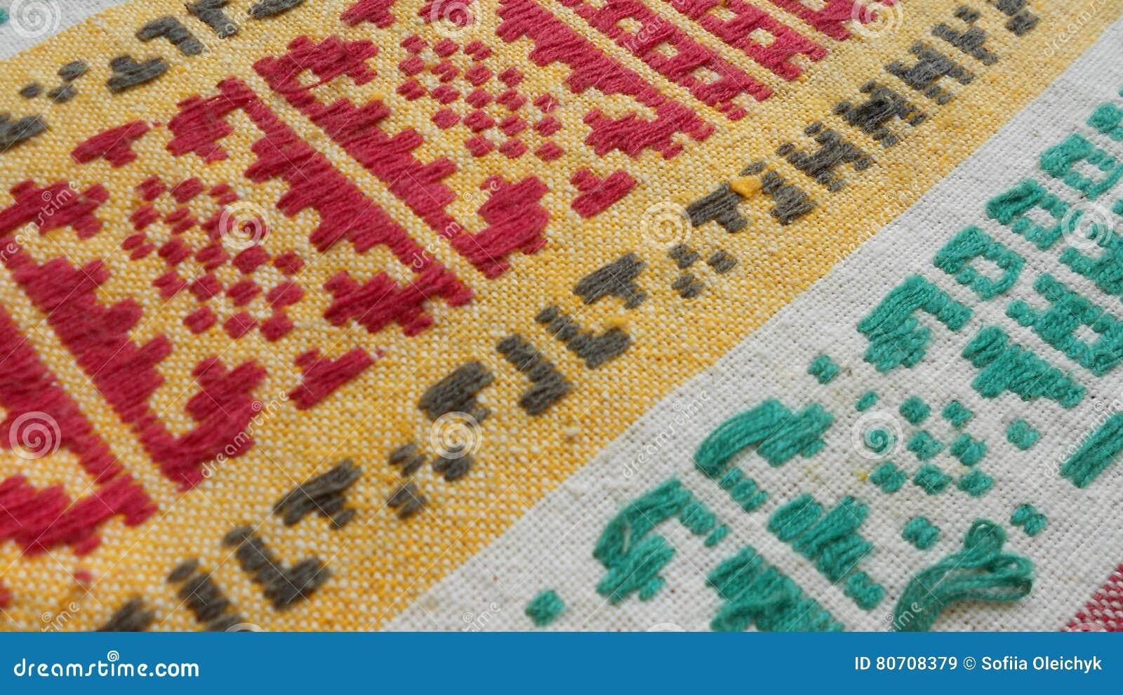 Παλαιό ύφασμα με το κεντημένο κόκκινο πράσινο κίτρινο και άσπρο χρώμα διακοσμήσεων