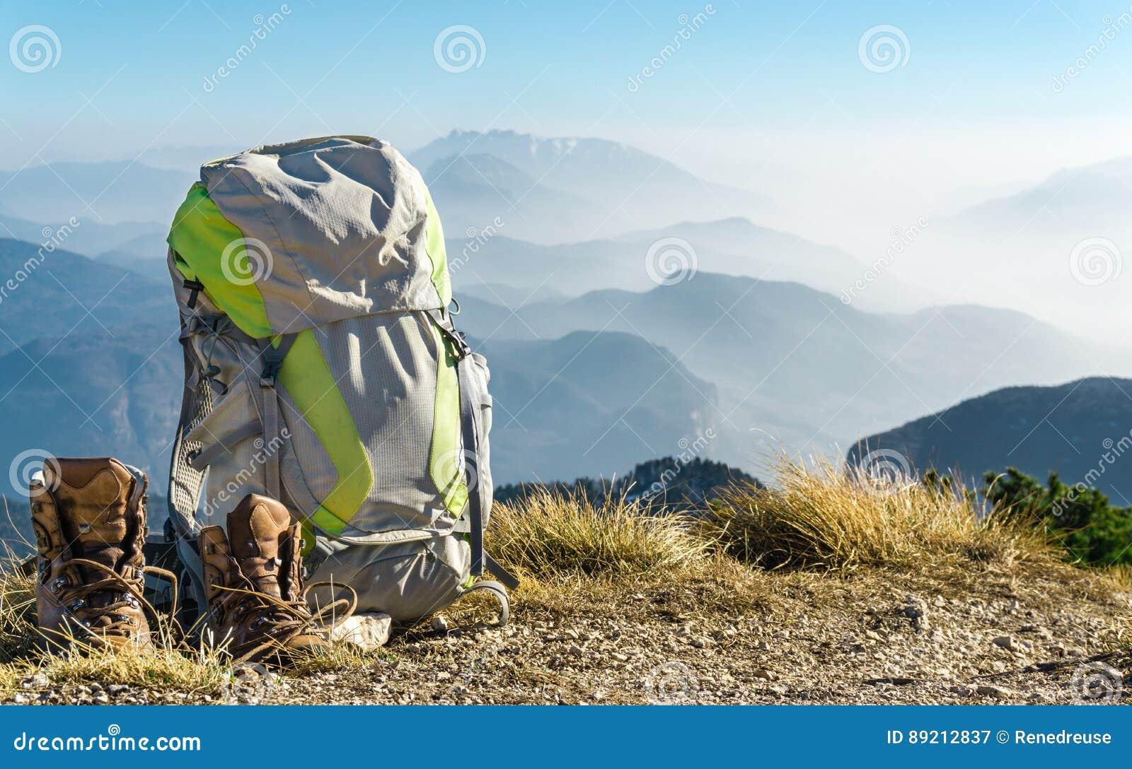 7fda73c6c5 πεζοπορία εξοπλισμού Σακίδιο πλάτης και μπότες πάνω από το βουνό ...