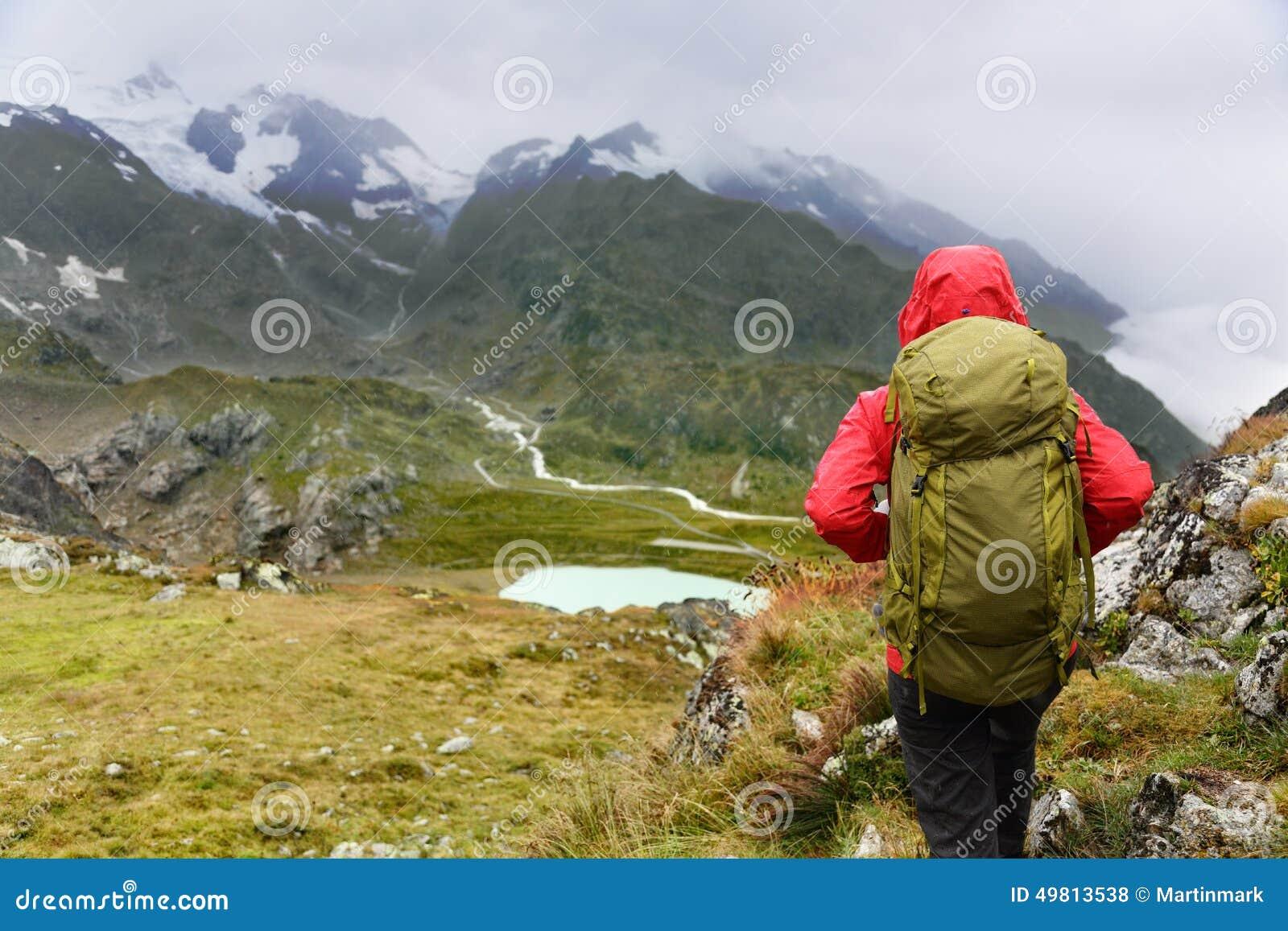c160387c1f Πεζοπορία - γυναίκα οδοιπόρων στο οδοιπορικό με τον υγιή ενεργό τρόπο ζωής  διαβίωσης σακιδίων πλάτης Κορίτσι οδοιπόρων που περπατά στο πεζοπορώ στο  τοπίο ...
