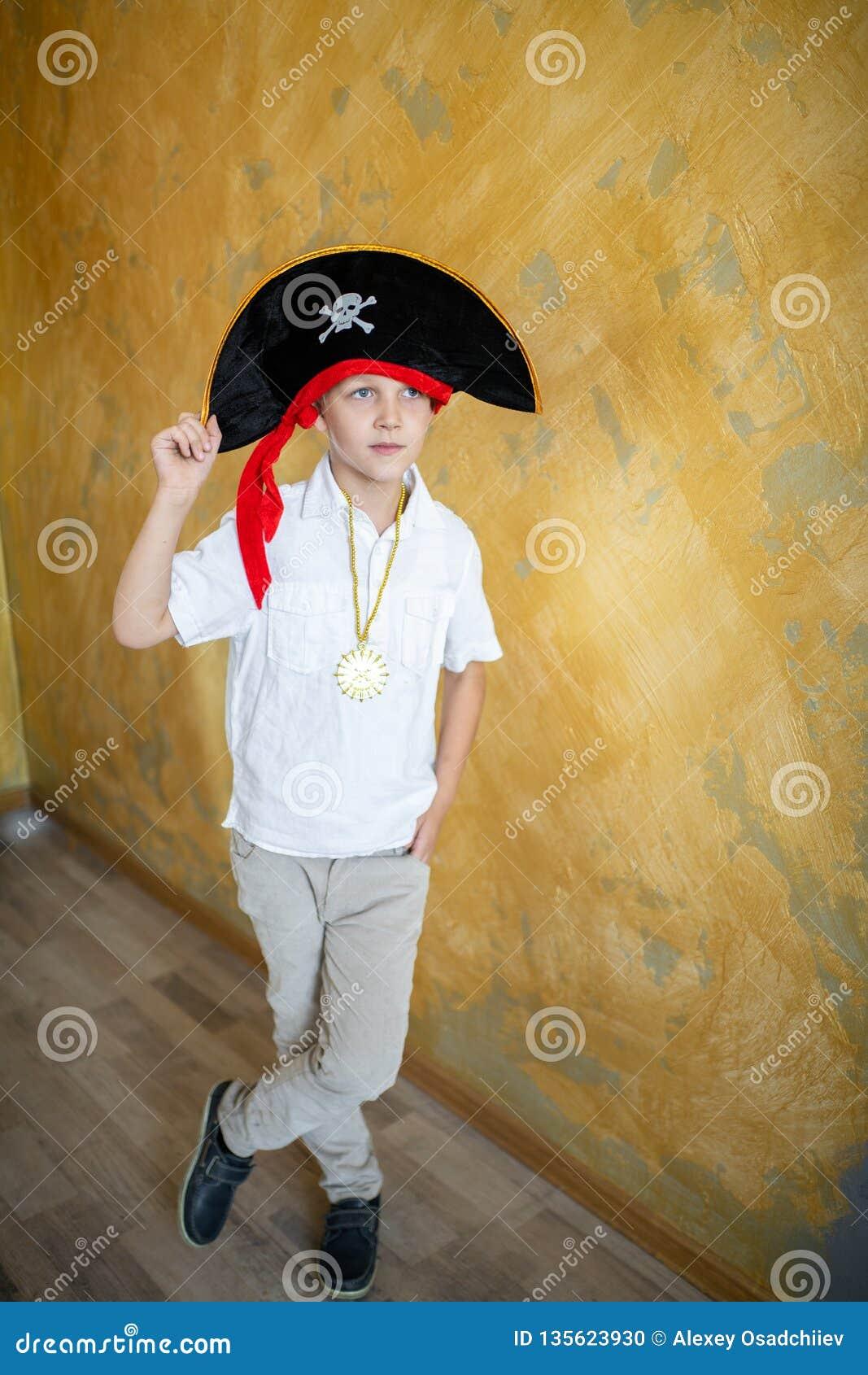 Πειρατής αγοριών που προετοιμάζεται για τις διακοπές αποκριές