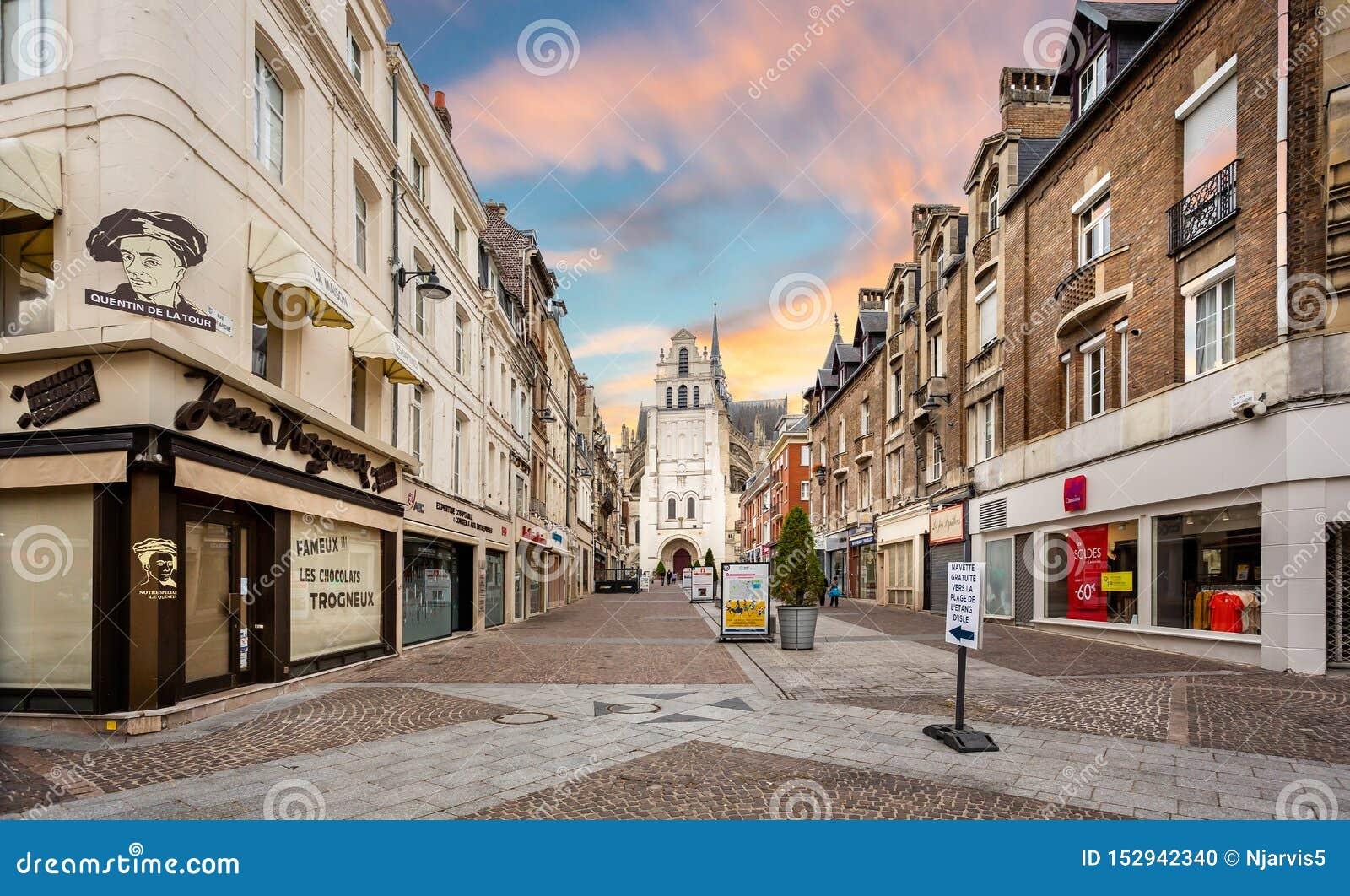 Περίβολος αγορών που οδηγεί στη βασιλική του Saint-Quentin στην εκκλησία ηλιοβασιλέματος στο Saint-Quentin, Γαλλία