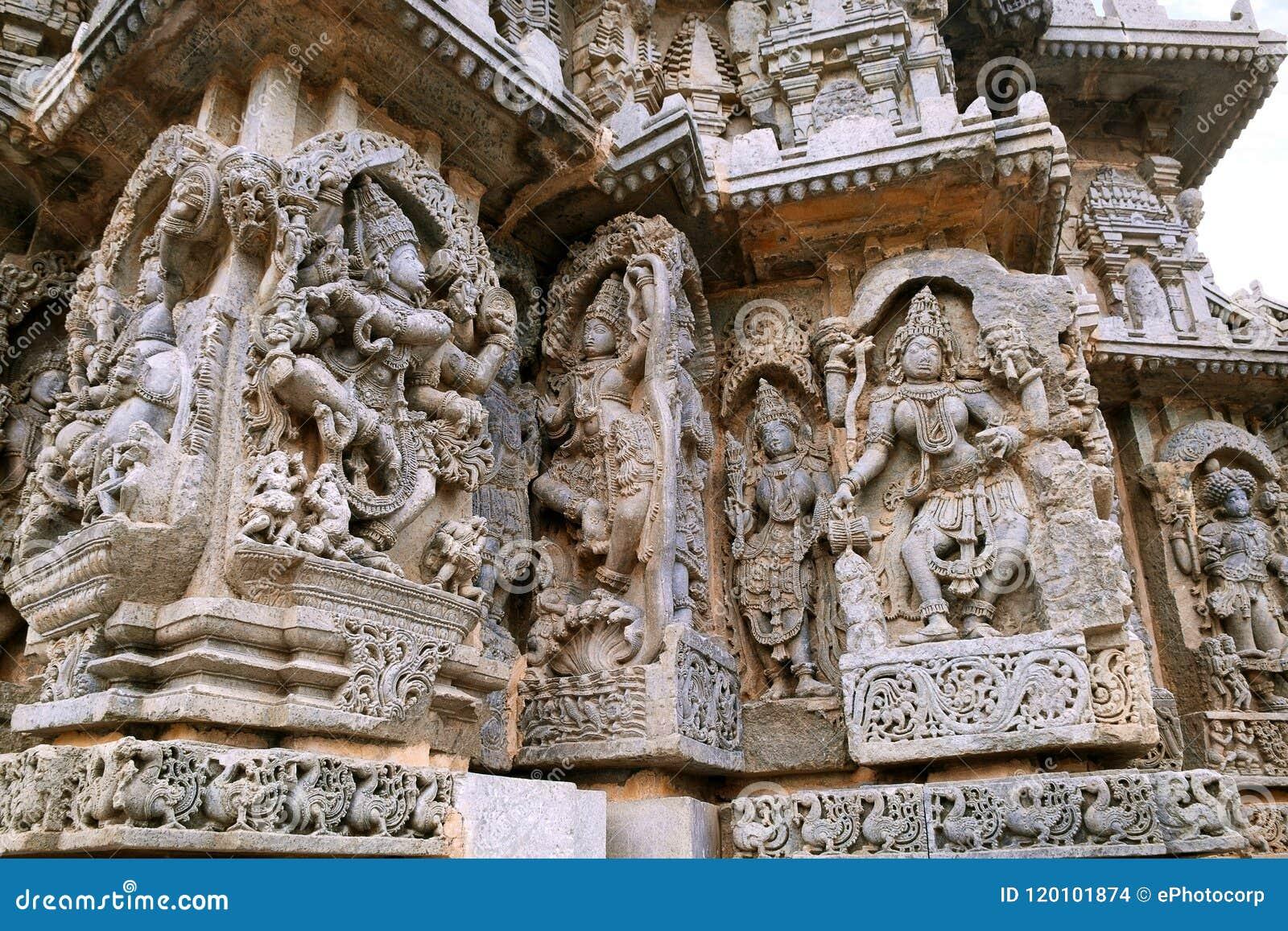 Περίκομψες ανακουφίσεις επιτροπής τοίχων που απεικονίζουν από αριστερά να χορεψει Shiva, Krishna ως kaliya-Mardana και θεότητα κα