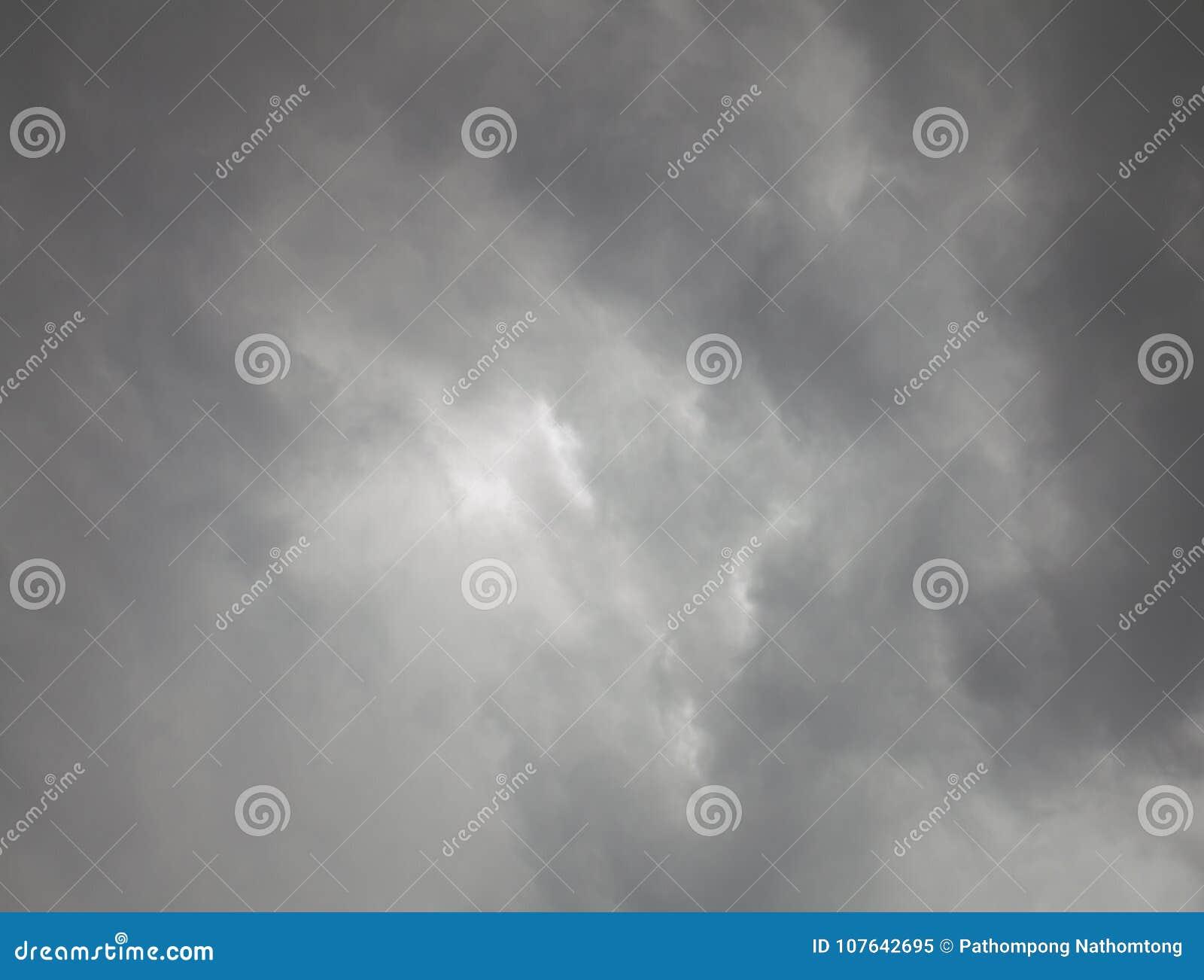 Περίληψη του σκοτεινού σύννεφου πριν από τη θύελλα