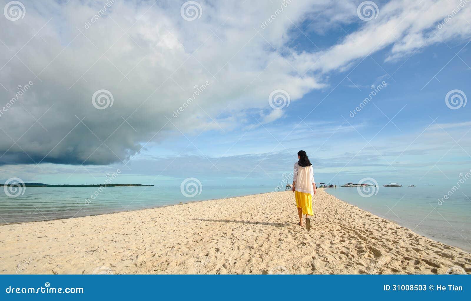 Περίπατοι νέων κοριτσιών στη μακριά στενή παραλία