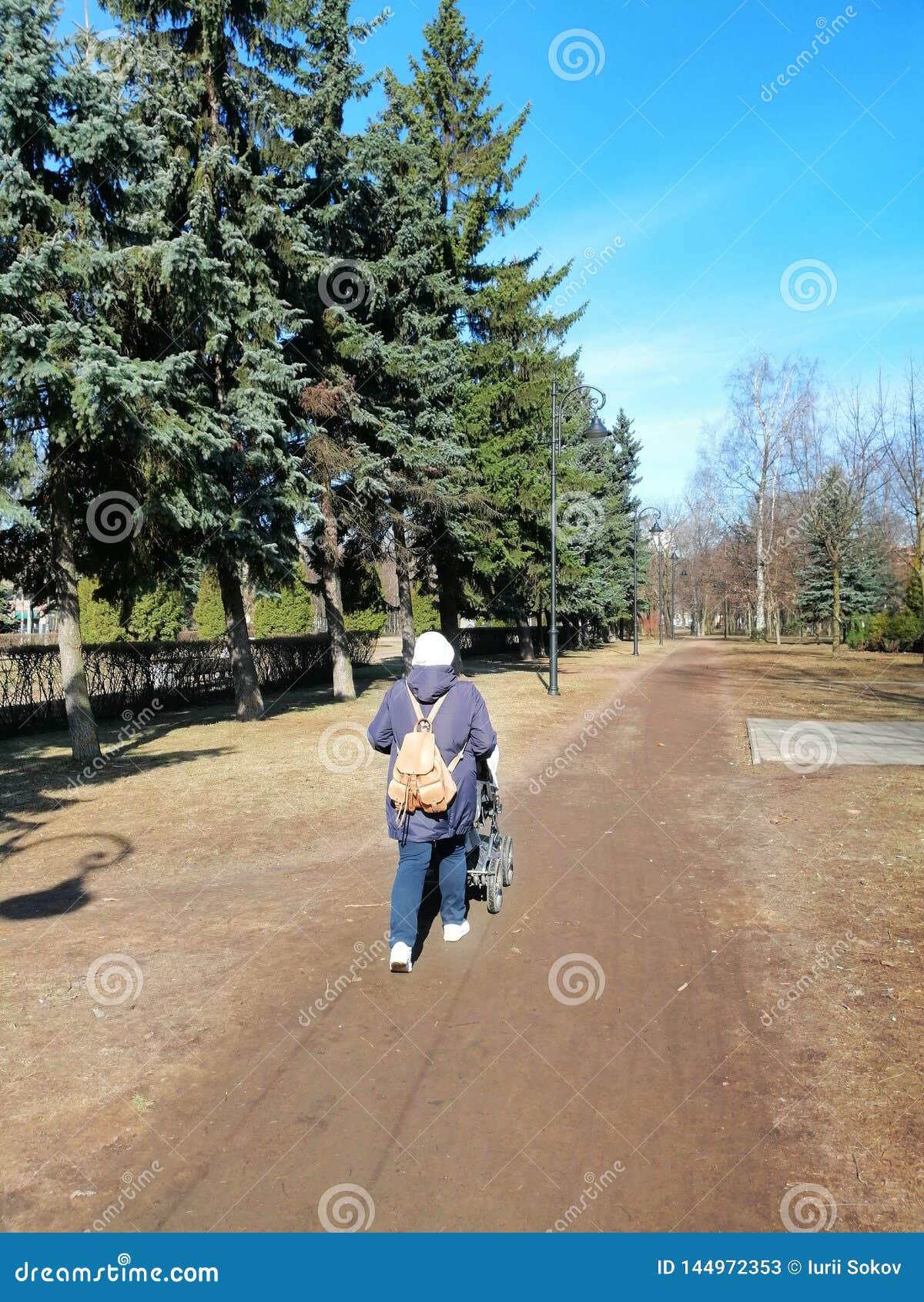 περίπατος στο πάρκο με ένα παιδί
