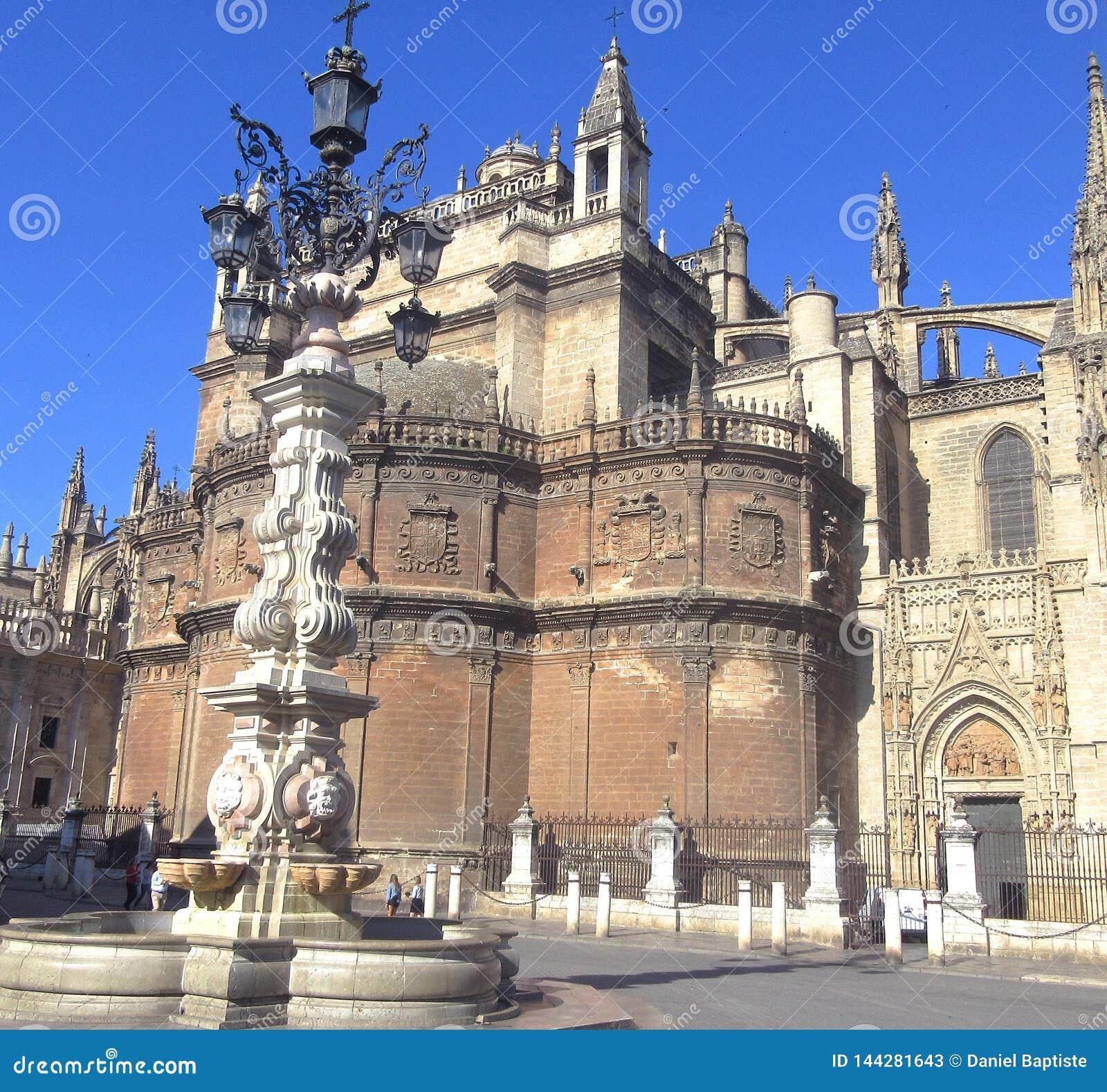 Περίπατος της Σεβίλης μπροστά από τον καθεδρικό ναό