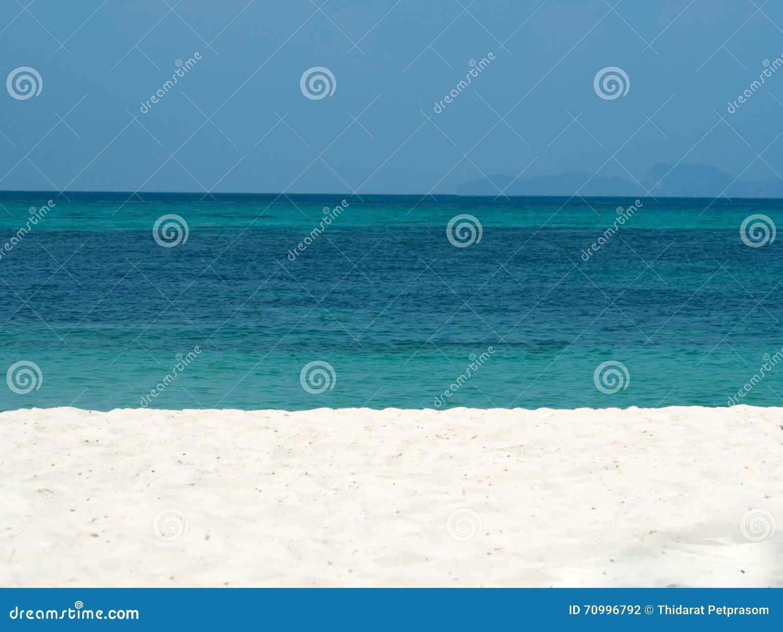 Περίληψη που θολώνεται υπόβαθρο θερινών στο ωκεάνιο παραλιών διακοπών Σαφής μπλε ουρανός, όμορφη τροπική θάλασσα, μπλε νερό και σ