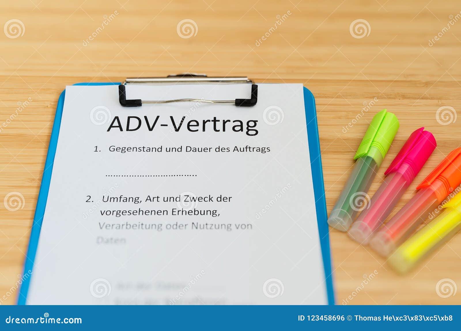 Περιοχή αποκομμάτων διάρκειας μια σύμβαση και μια επιγραφή σε γερμανικό ADV-Vertrag στην αγγλική σύμβαση ADV και περιεχόμενο και