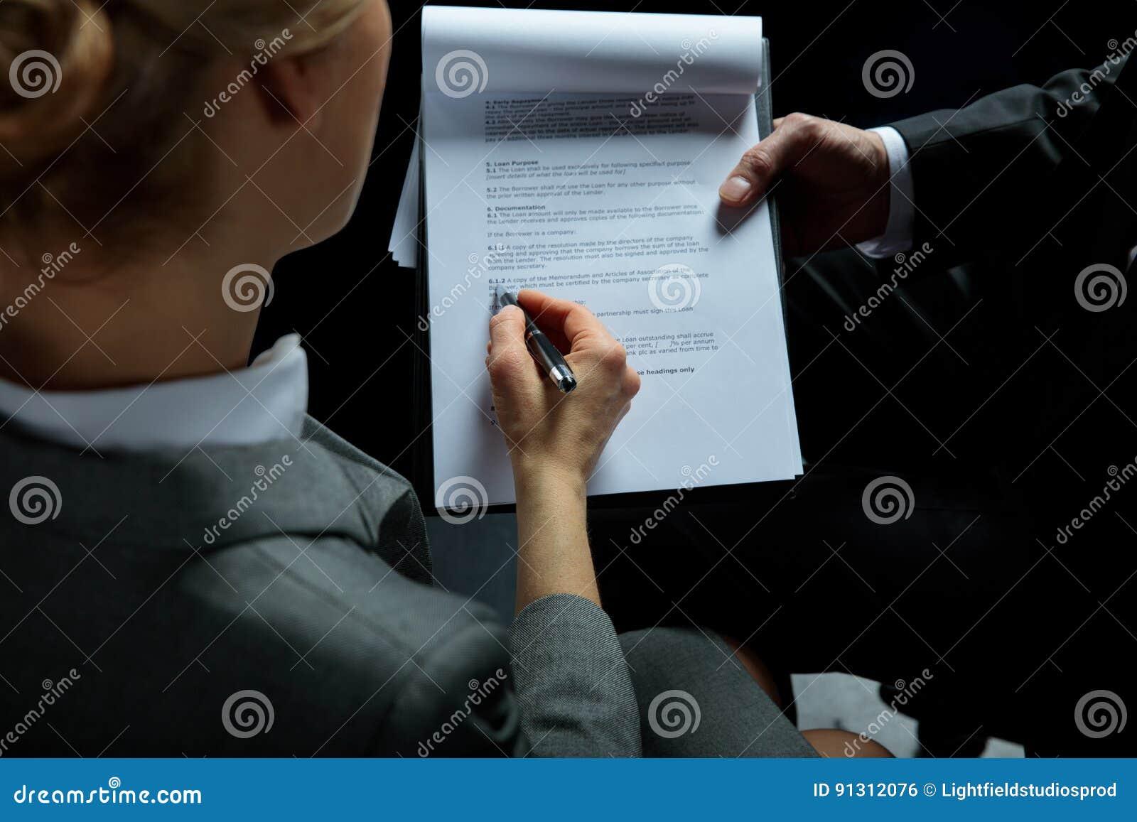 Περιοχή αποκομμάτων και επιχειρηματίας εκμετάλλευσης επιχειρηματιών που υπογράφουν τη σύμβαση
