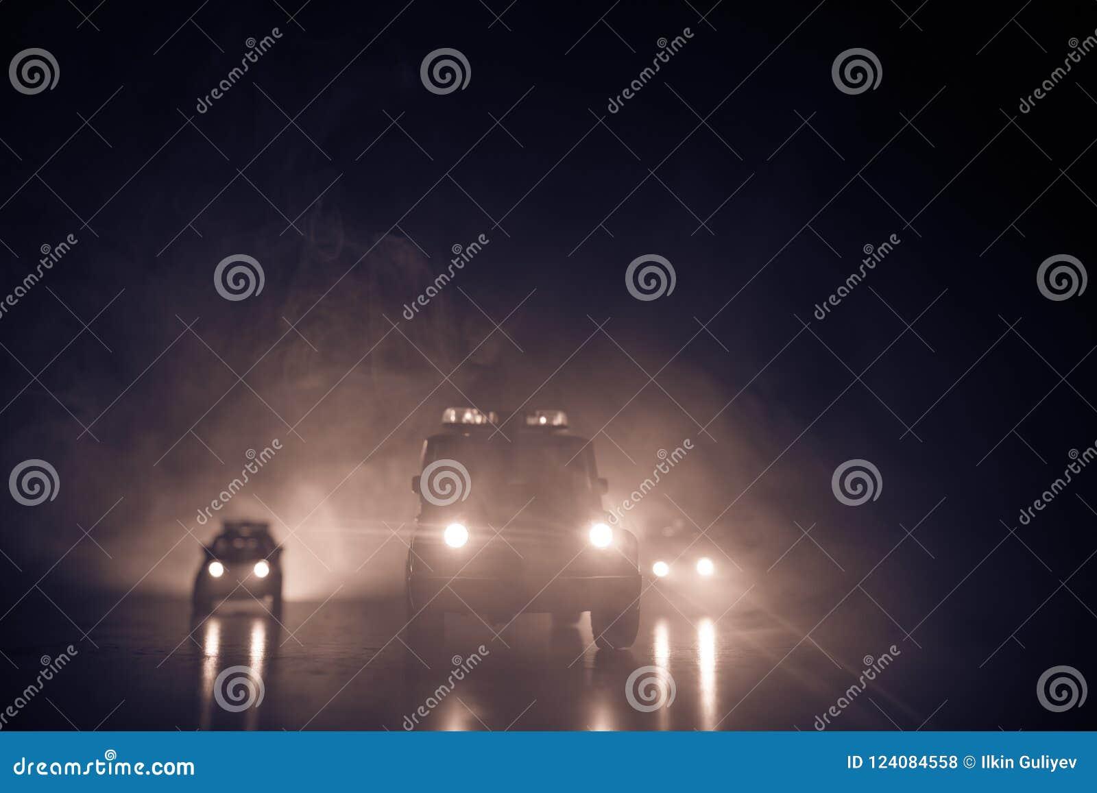 Περιπολικό της Αστυνομίας που χαράζει ένα αυτοκίνητο τη νύχτα με το υπόβαθρο ομίχλης 911 επιτάχυνση περιπολικών της Αστυνομίας επ