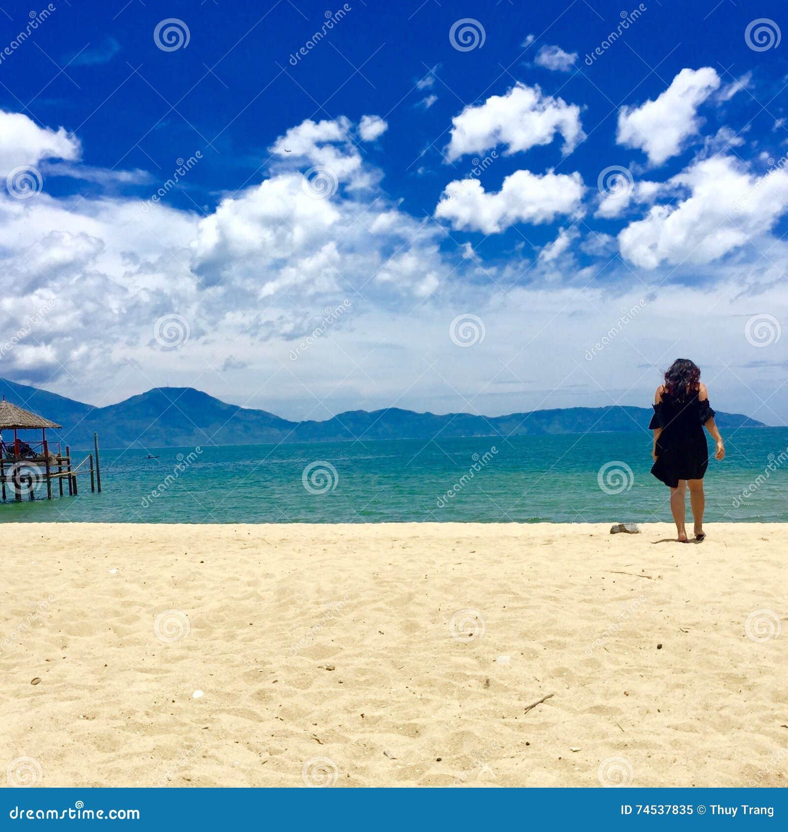Περιπλανηθείτε κορίτσι στην ακτή