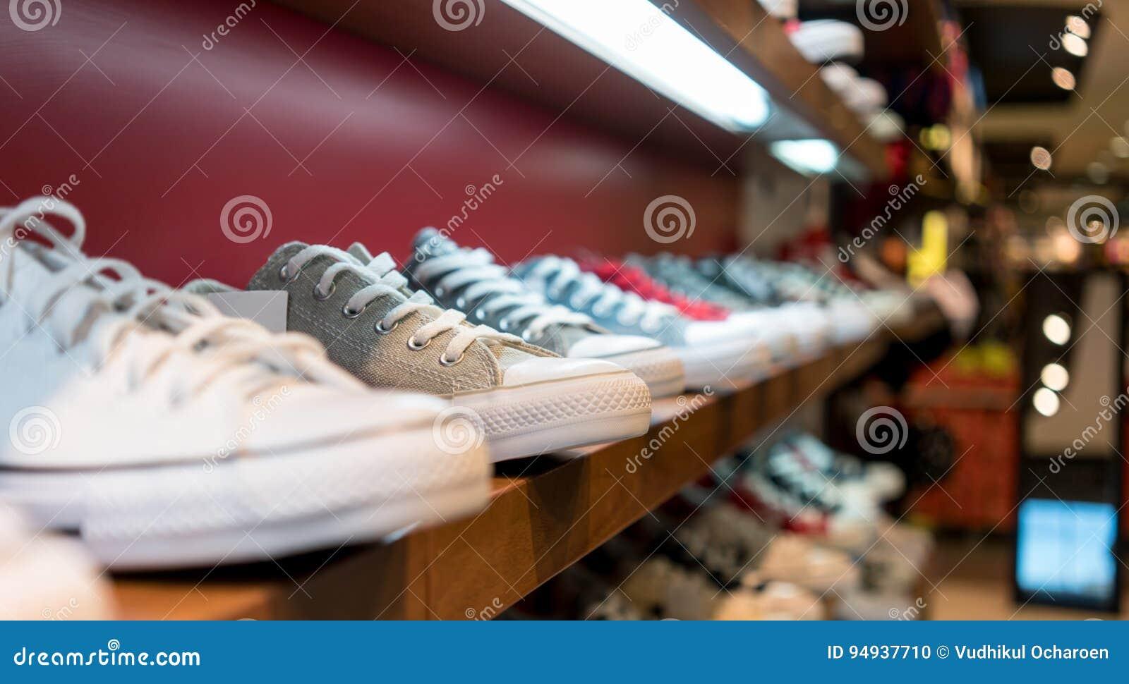523e5893317 Περιστασιακά παπούτσια στα ράφια Στοκ Εικόνες - εικόνα από ...
