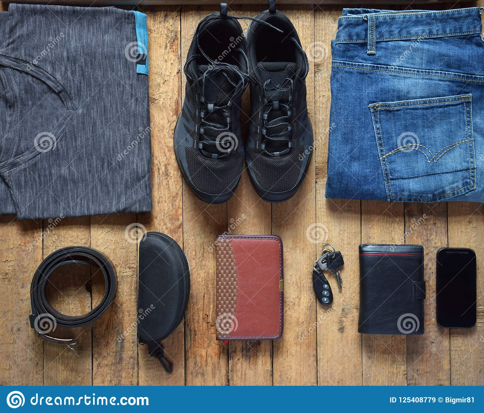 9fffb0d54bd Περιστασιακές εξαρτήσεις ατόμων Παπούτσια, ιματισμός και εξαρτήματα ατόμων  στο ξύλινο υπόβαθρο - γκρίζα μπλούζα,