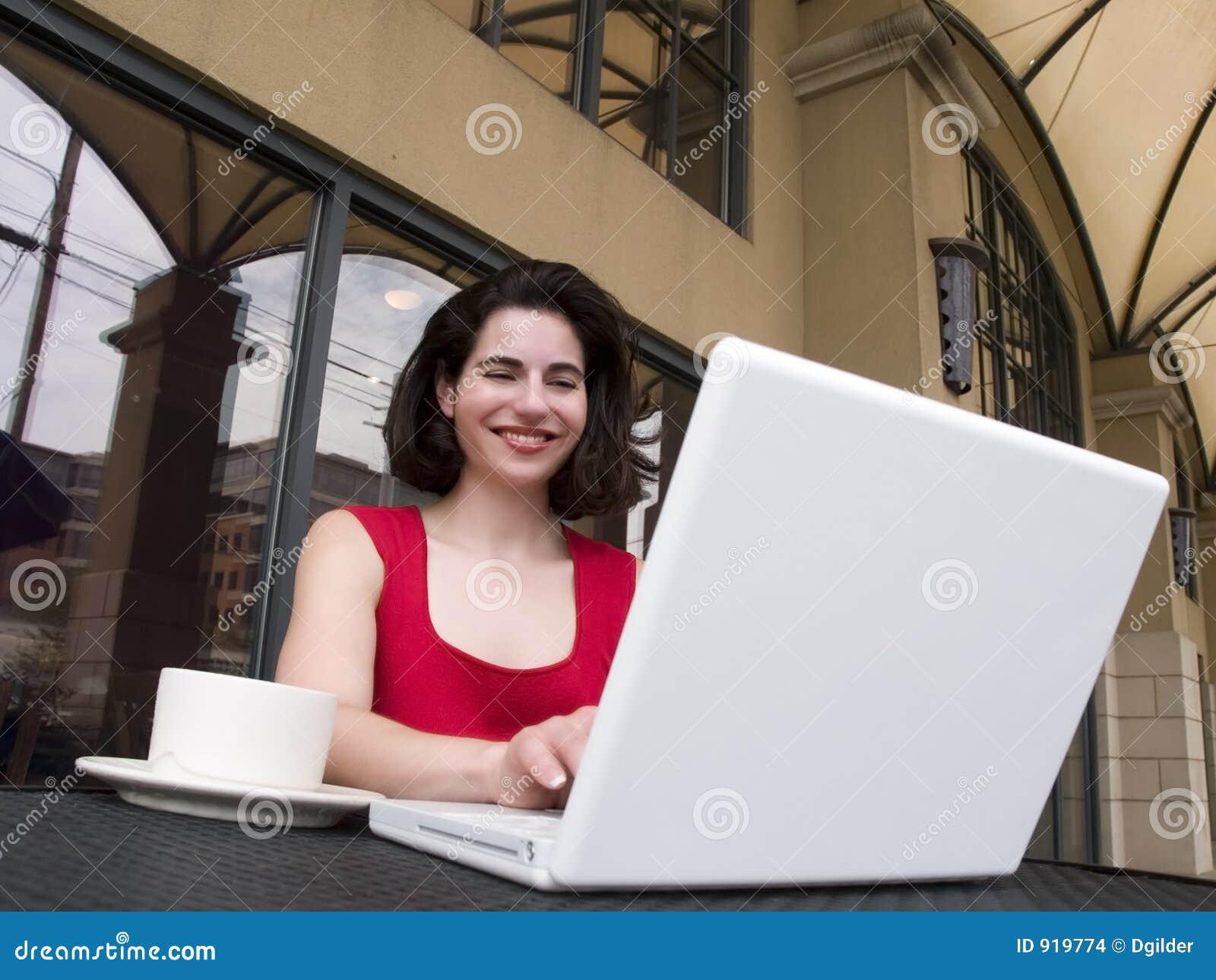 Περιστασιακή γυναίκα lap-top