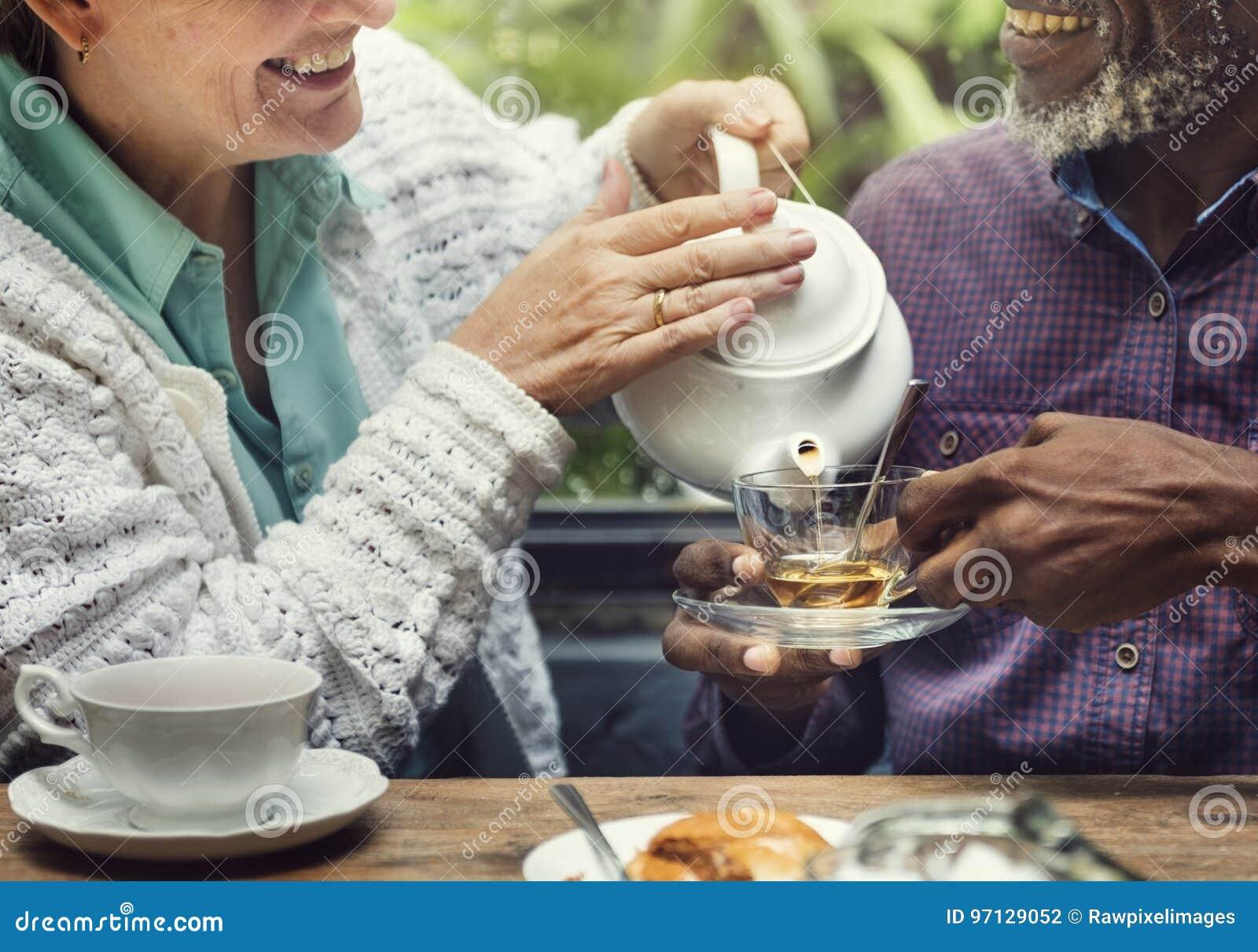 Περιστασιακή ηλικιωμένη παλαιότερη έννοια ελεύθερου χρόνου τσαγιού απογεύματος