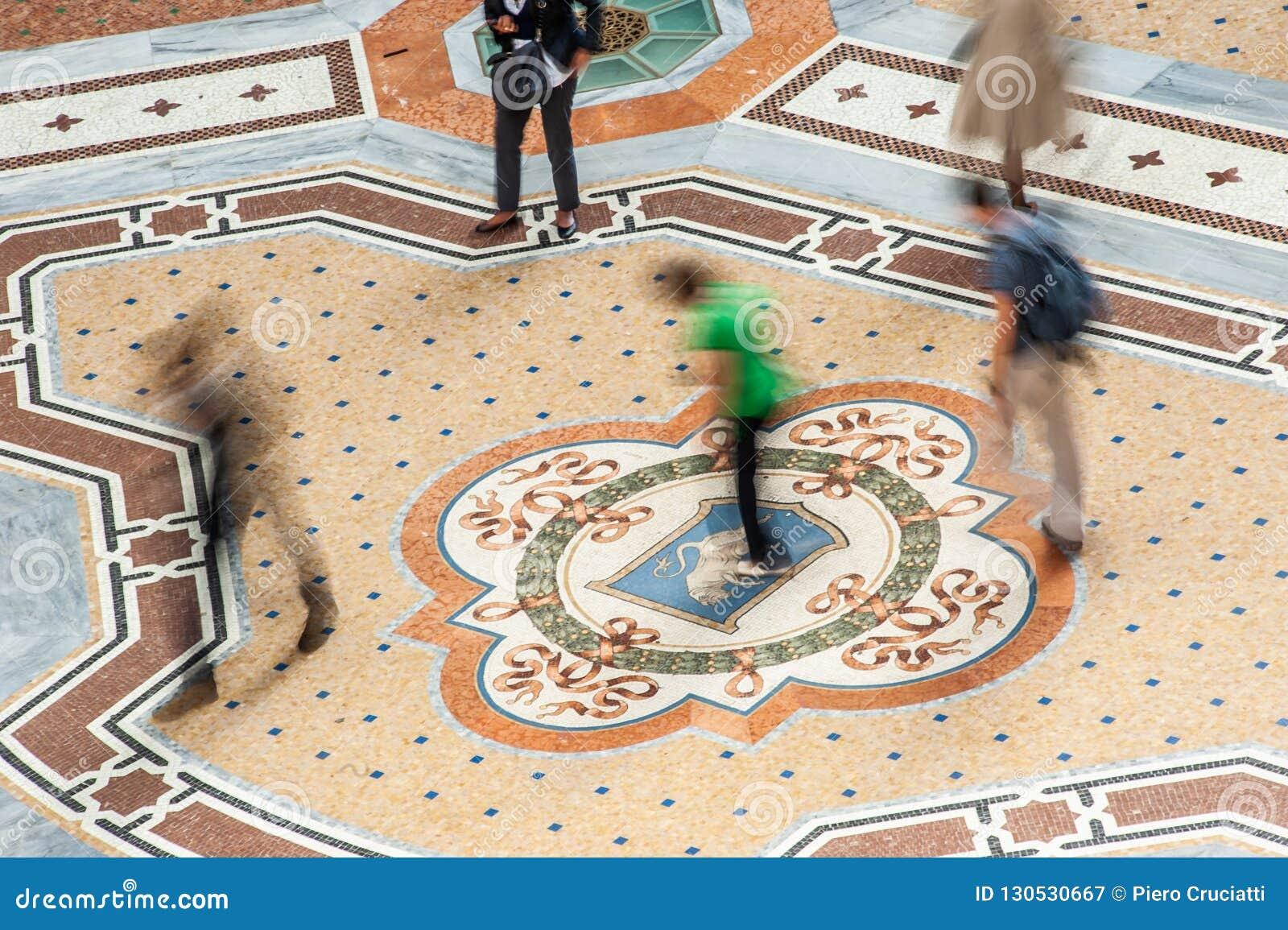 Περιστρέφοντας στους όρχεις του ταύρου Galleria Vittorio Emanuele ΙΙ στο Μιλάνο, Ιταλία