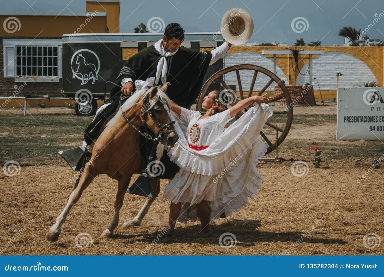 Περουβιανή γυναίκα που χορεύει με τον κάουμποϋ