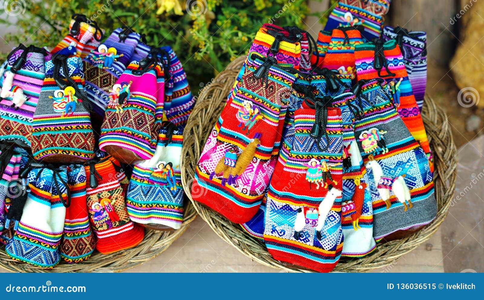Περουβιανή πώληση κουκλών στο κατάστημα αναμνηστικών Cusco, Περού χειροποίητος