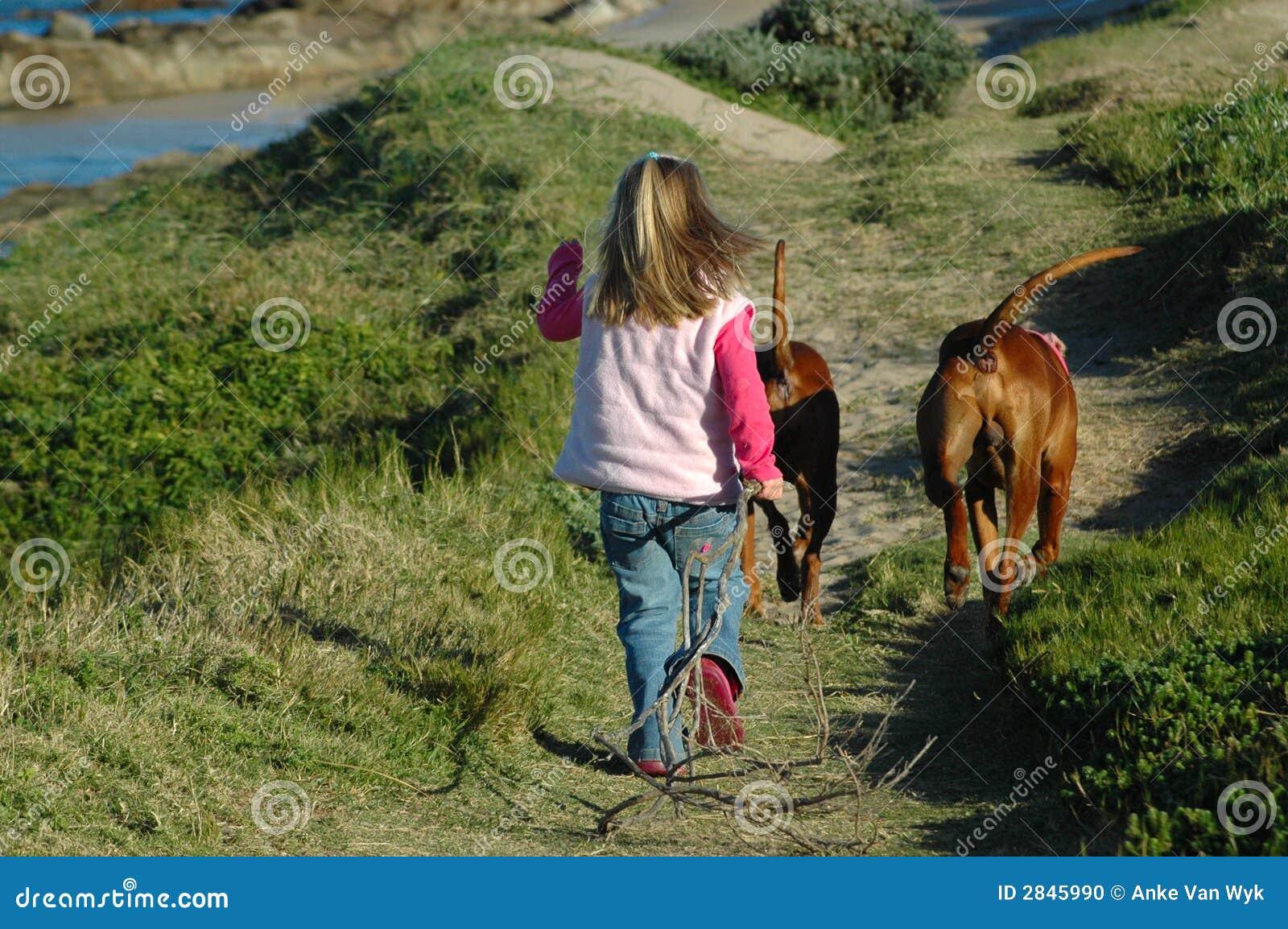 περπάτημα σκυλιών παιδιών