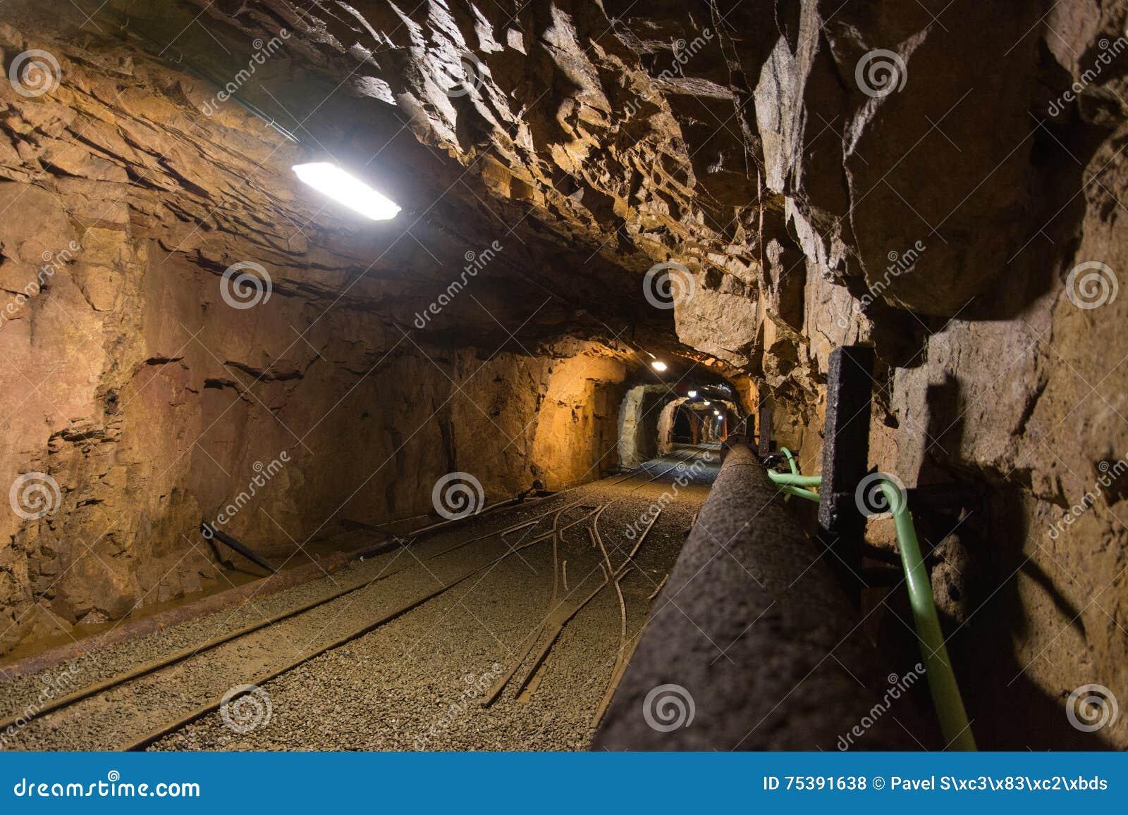 Περπατήστε το παλαιό εγκαταλειμμένο ορυχείο