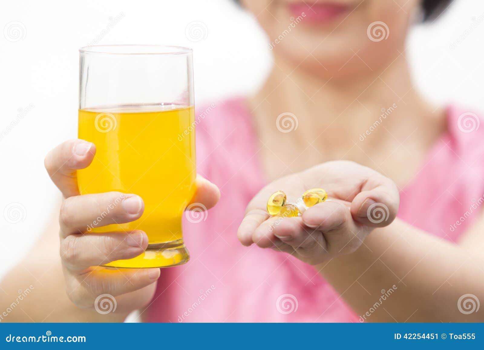 Πετρέλαιο συκωτιού βακαλάων και διαιτητικό συμπλήρωμα κολλαγόνων στο γυαλί για το ποτό