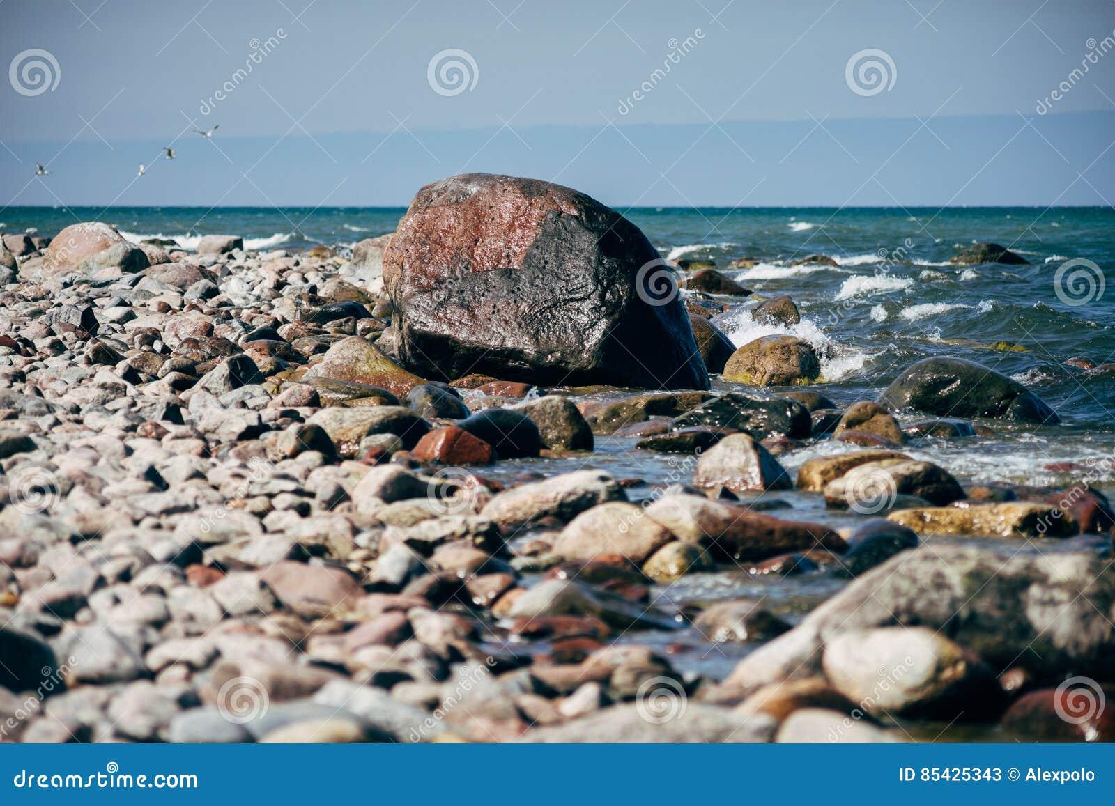 Πετρώδης ακτή της θάλασσας της Βαλτικής