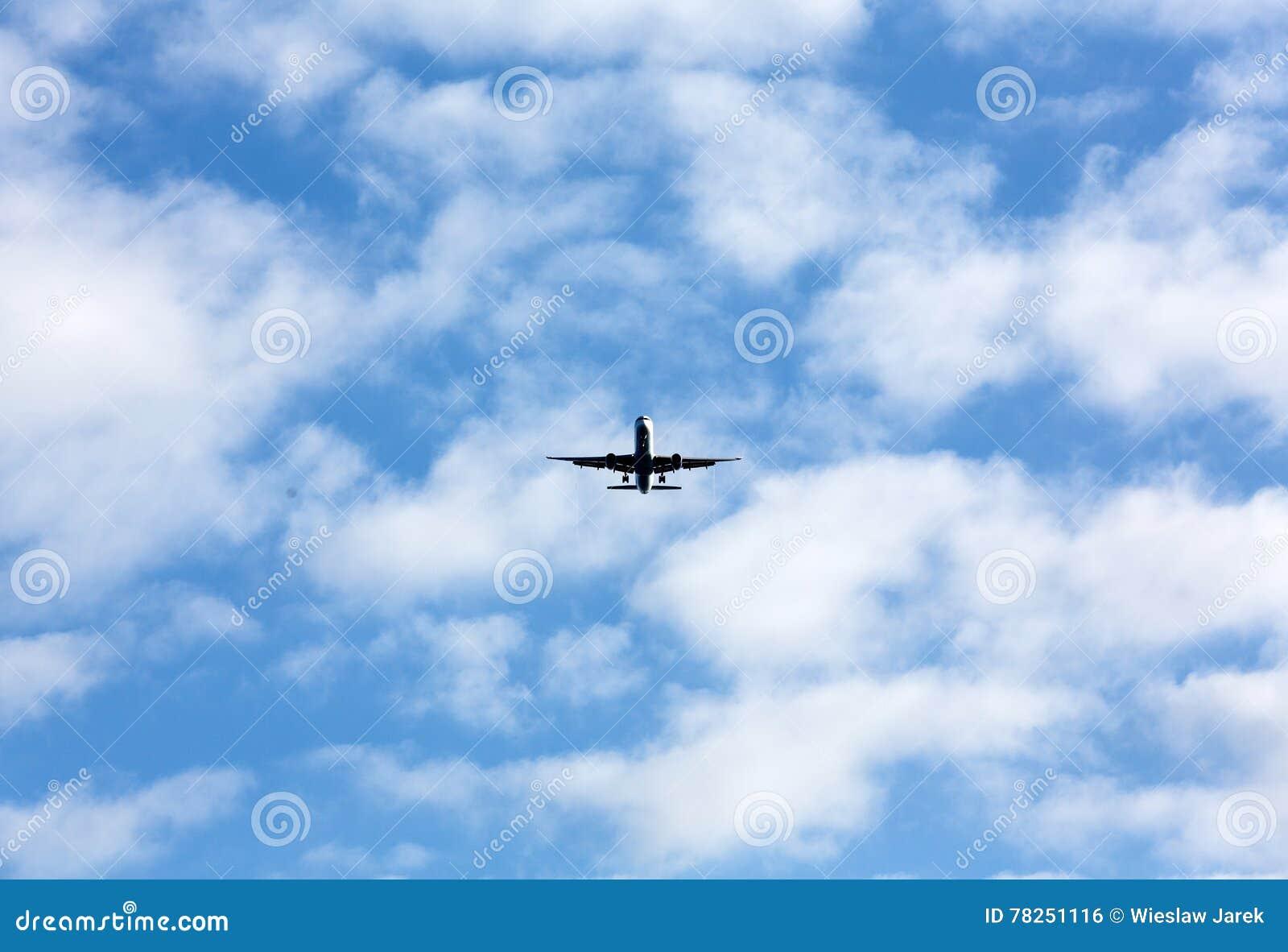 Πετώντας αεροπλάνο στον όμορφο καιρό