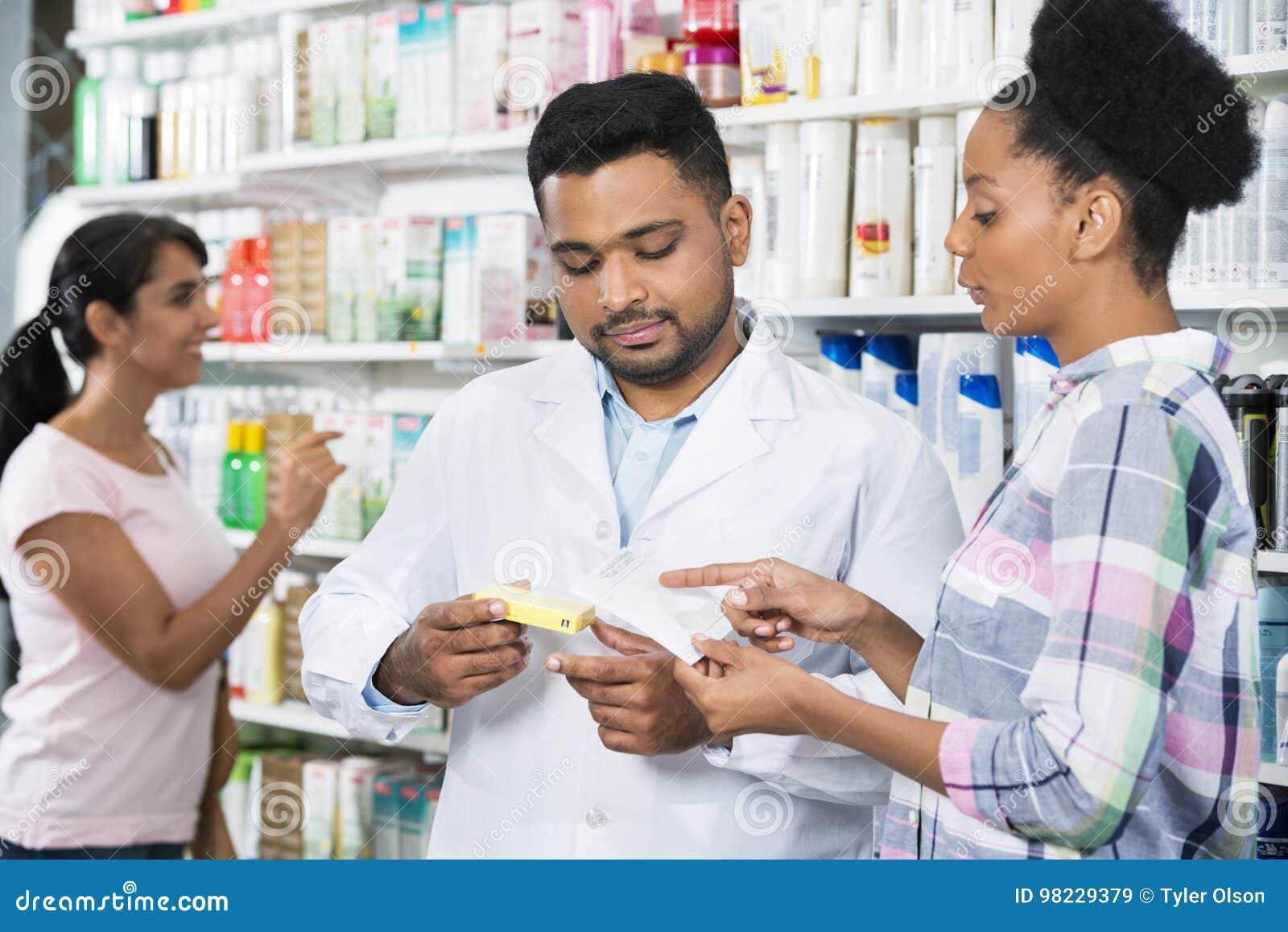 Πελάτης και φαρμακοποιός με τη συνταγή στο φαρμακείο