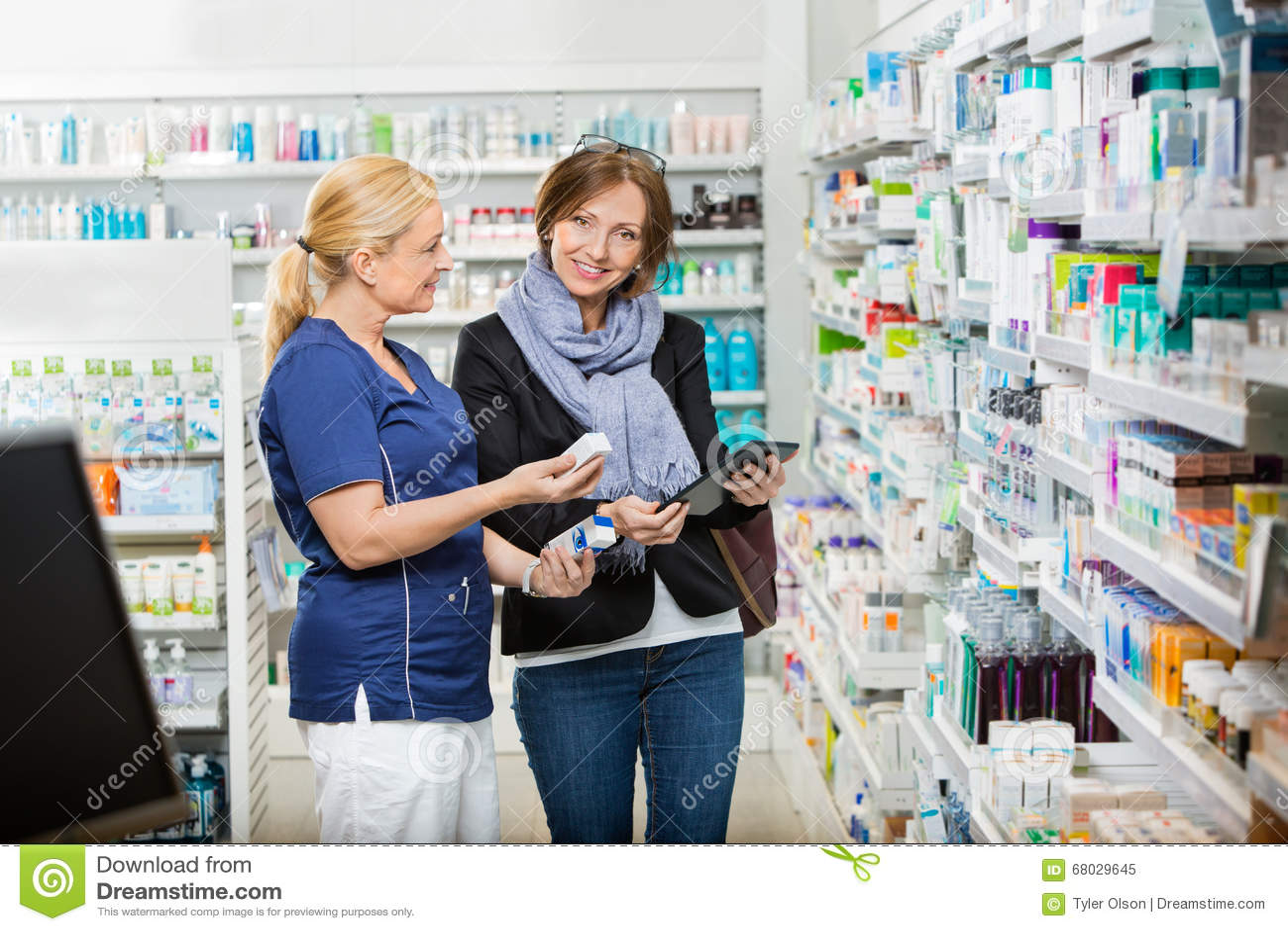 Πελάτης που υποστηρίζει το φαρμακοποιό που παρουσιάζει φάρμακα στο φαρμακείο