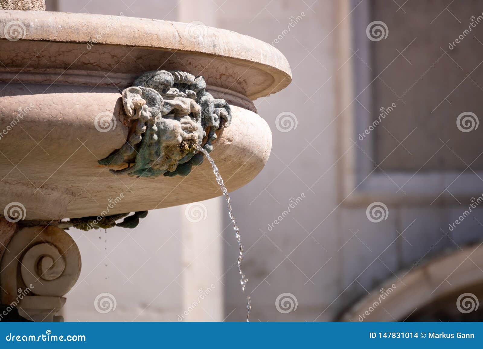 πηγή στο della Santa Casa βασιλικών στην Ιταλία Marche