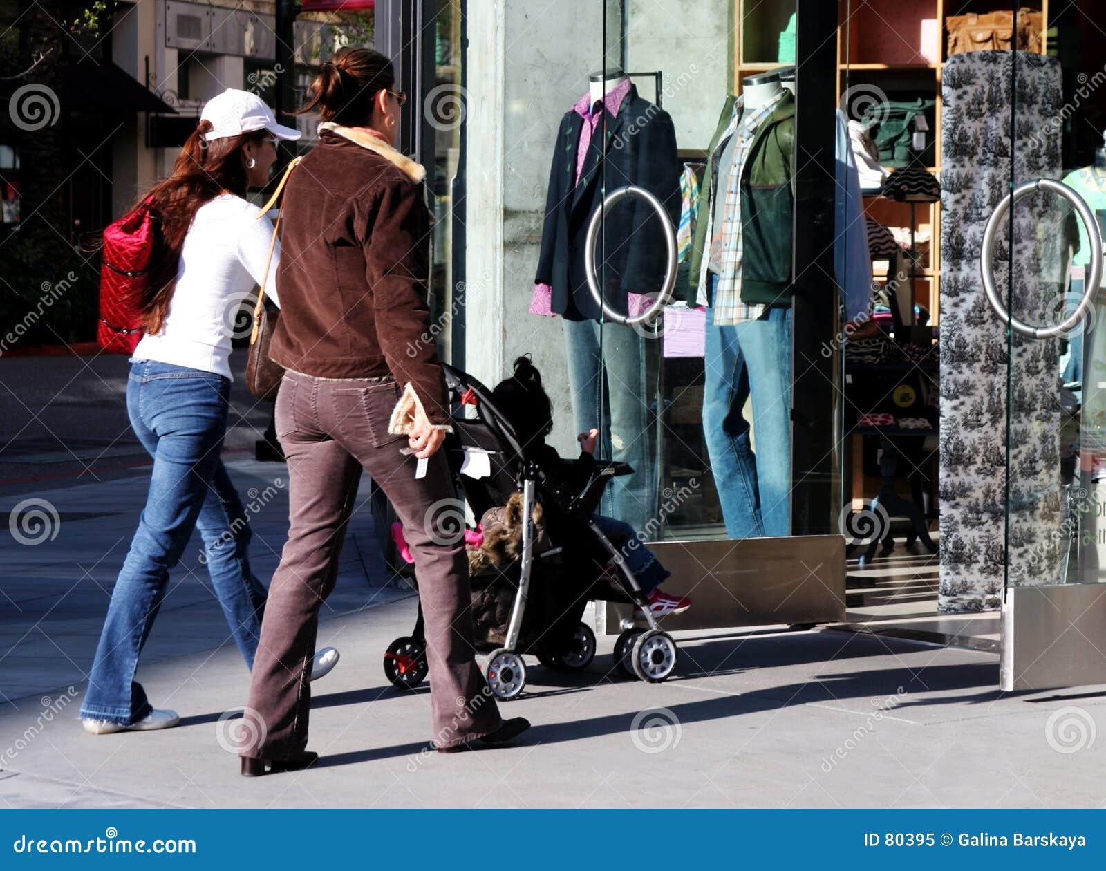 πηγαίνοντας αγορές κοριτσιών
