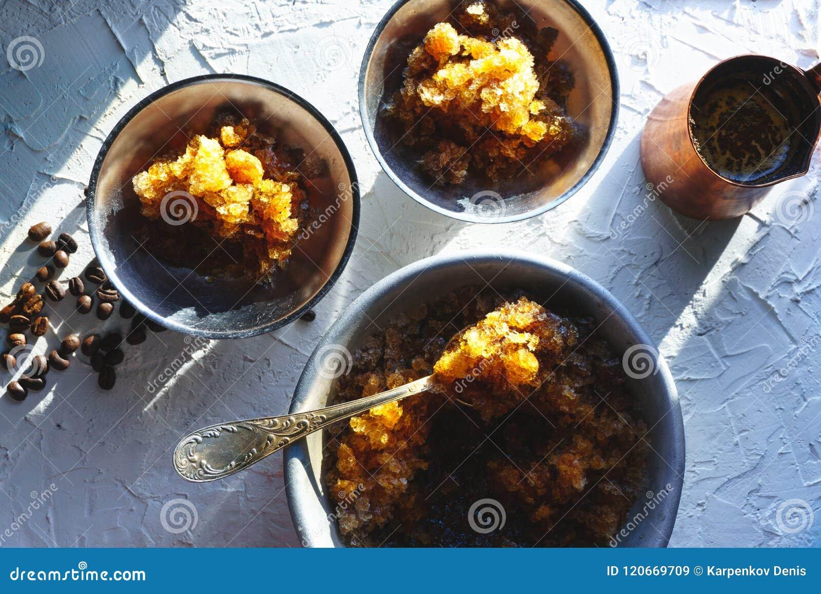 Πιάτο για το επιδόρπιο με τον πάγο καφέ, ένα κύπελλο και τα σιτάρια στην άποψη επιτραπέζιων κορυφών Σισιλιάνος γρανίτης