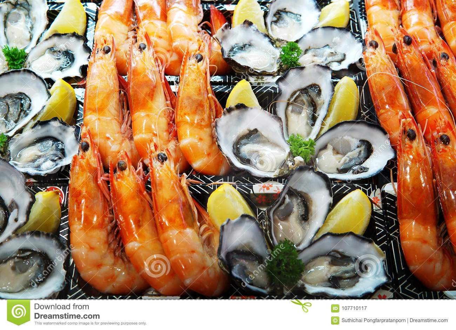 Πιάτο θαλασσινών που τίθεται στην πώληση πάγου στην αγορά Κλείστε επάνω τη λεπτομέρεια στο s