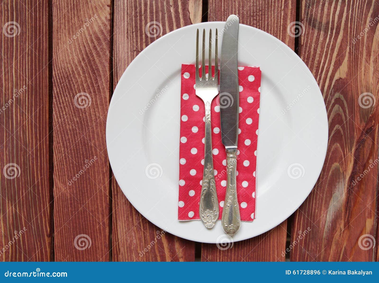 Πιάτο με το δίκρανο, το μαχαίρι και την πετσέτα
