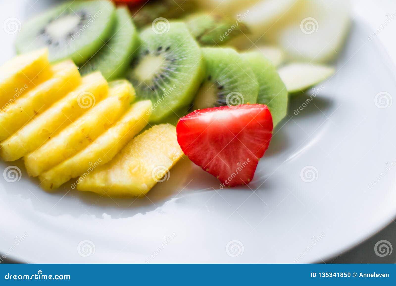 πιάτο φρούτων που εξυπηρετείται την έννοια - οι νωποί καρποί και η υγιής κατανάλωση όρισαν