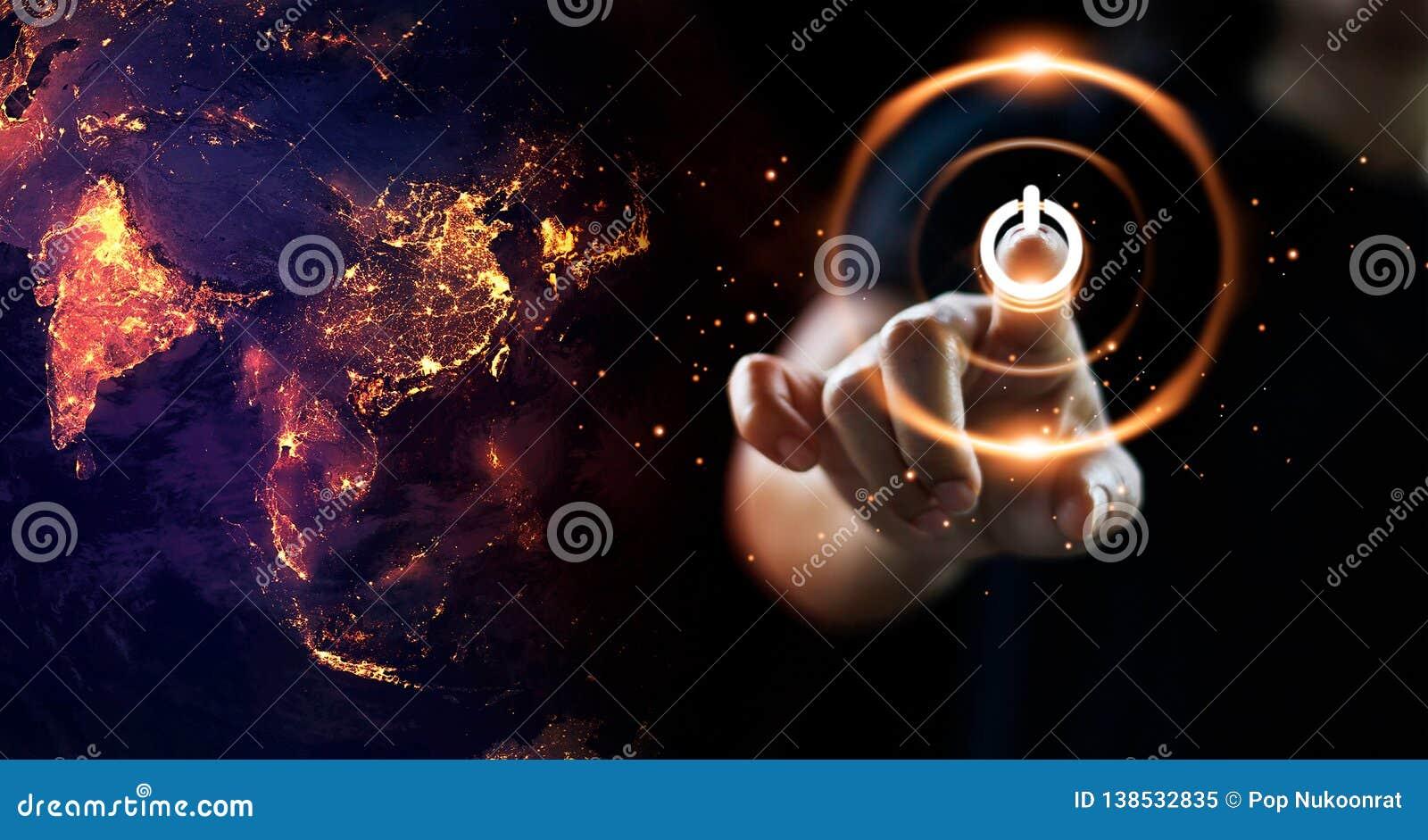 Πιέζοντας ενέργεια κουμπιών δύναμης δάχτυλων στο γήινο τη νύχτα υπόβαθρο το καφετί καλυμμένο γήινο περιβαλλοντικό φύλλωμα ημέρας