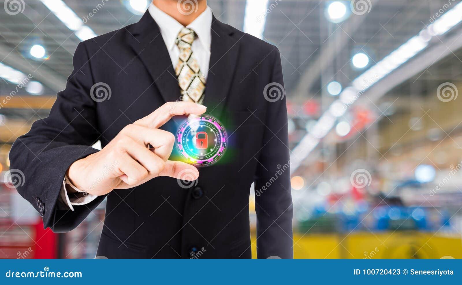 Πιέζοντας κουμπί Διαδίκτυο ασφάλειας επιχειρηματιών και έννοια δικτύωσης