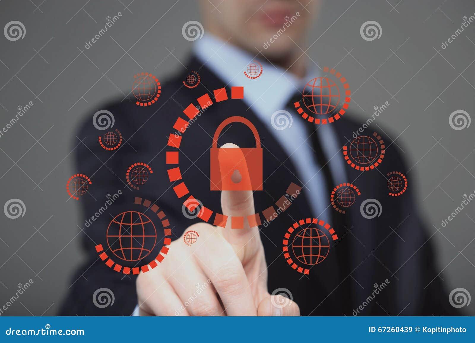 πιέζοντας cyber κουμπί ασφάλειας επιχειρηματιών στις εικονικές οθόνες